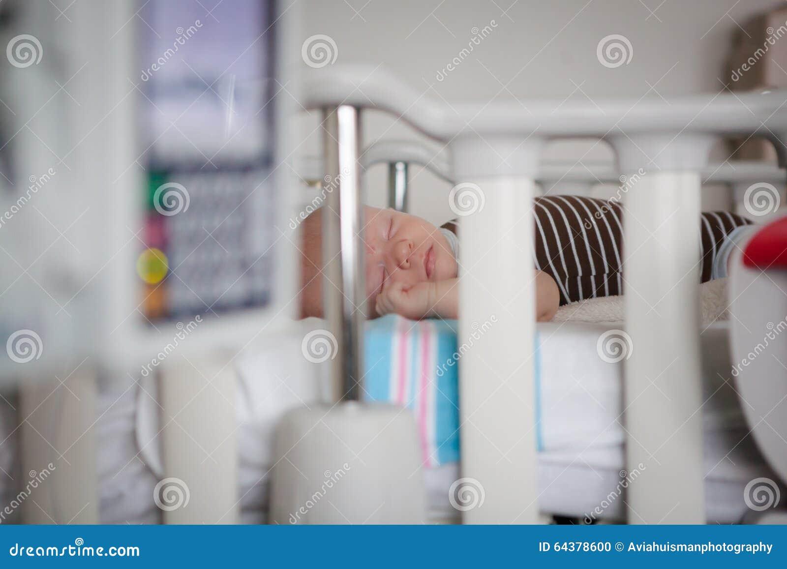 Bébé endormi dans le lit d hôpital