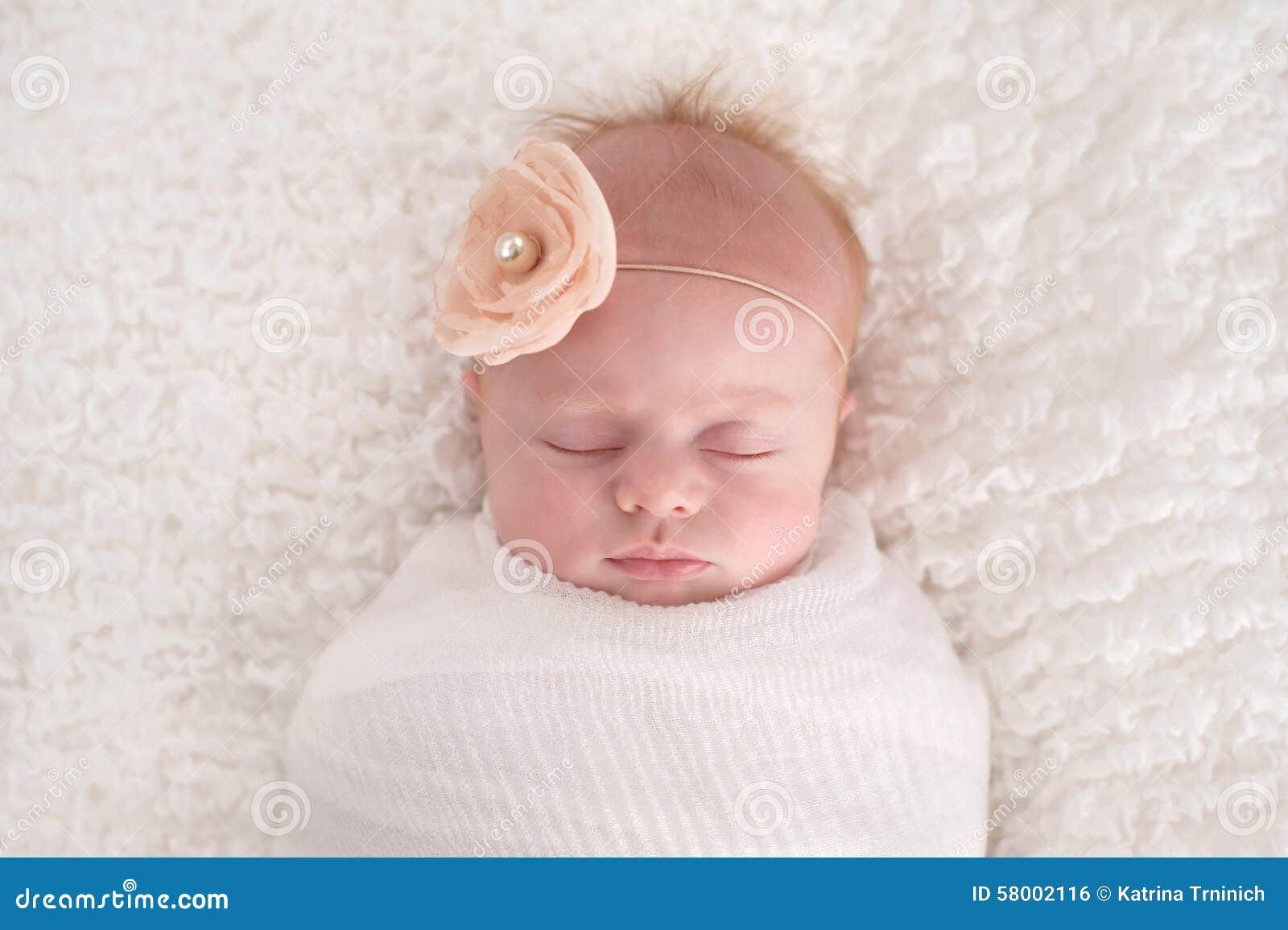 Bébé enveloppé dans le blanc