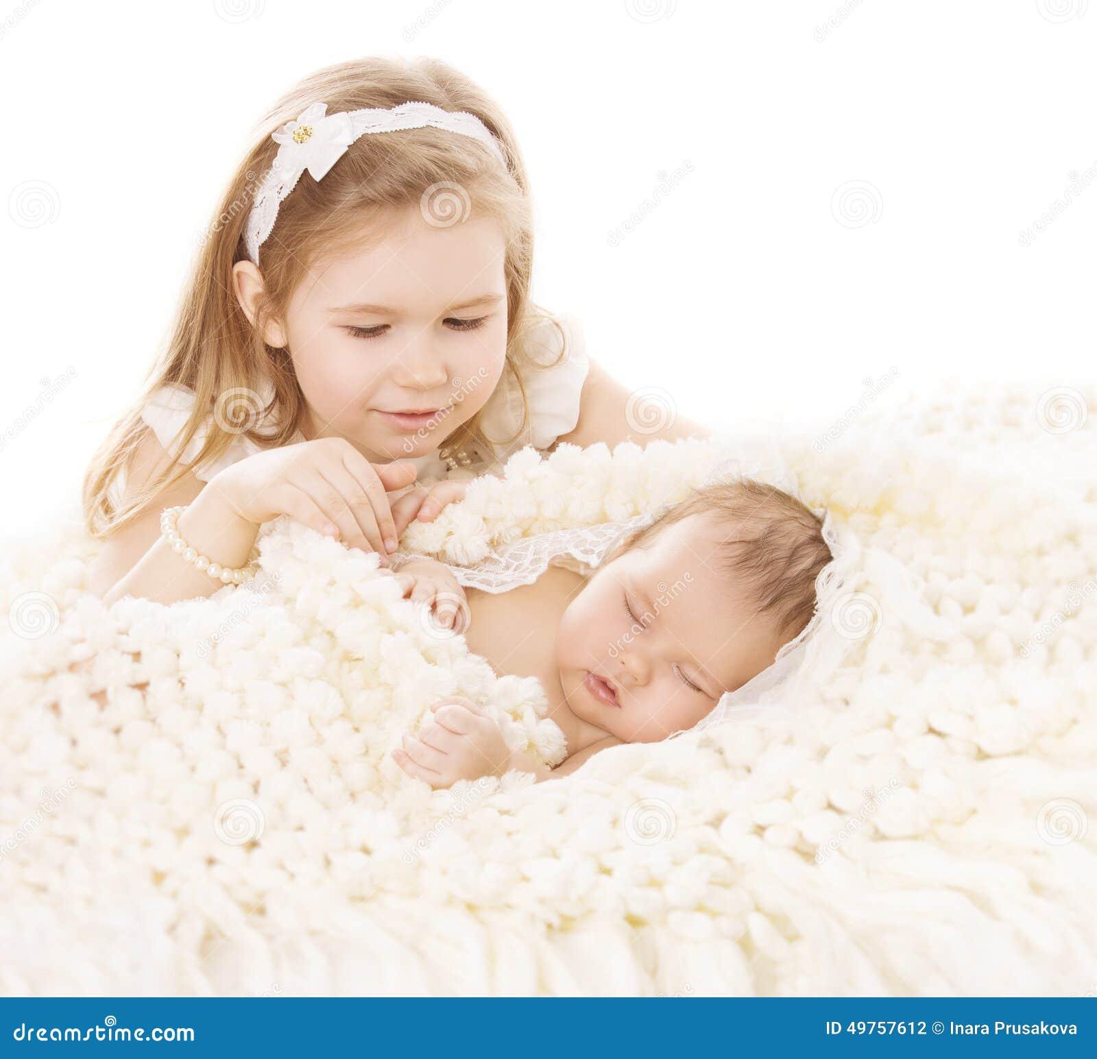 Bébé et garçon nouveau-né, soeur Little Child et frère de sommeil New Born Kid, anniversaire dans la famille