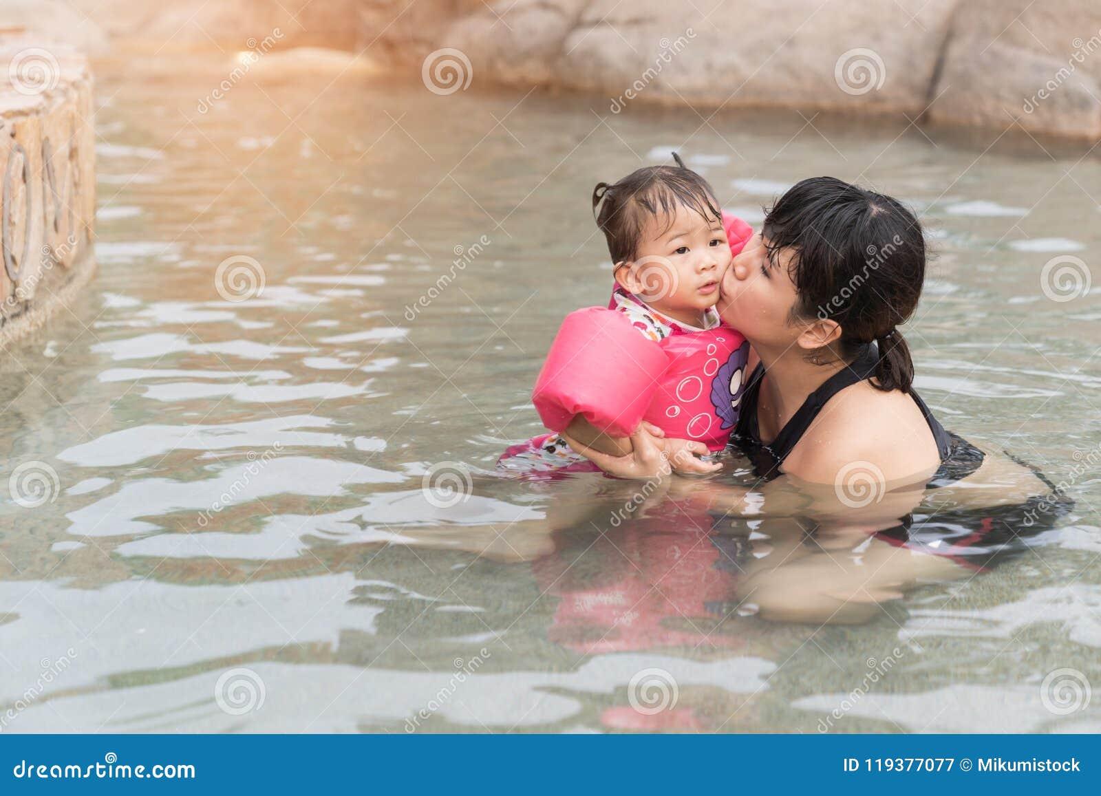 Bébé et mère asiatiques