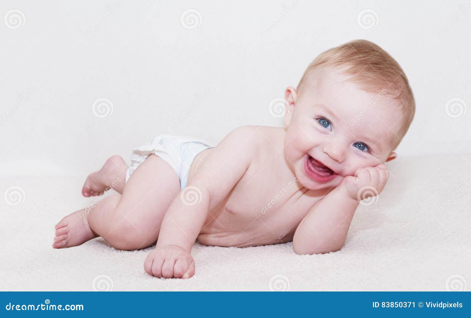 Bébé fixant et riant