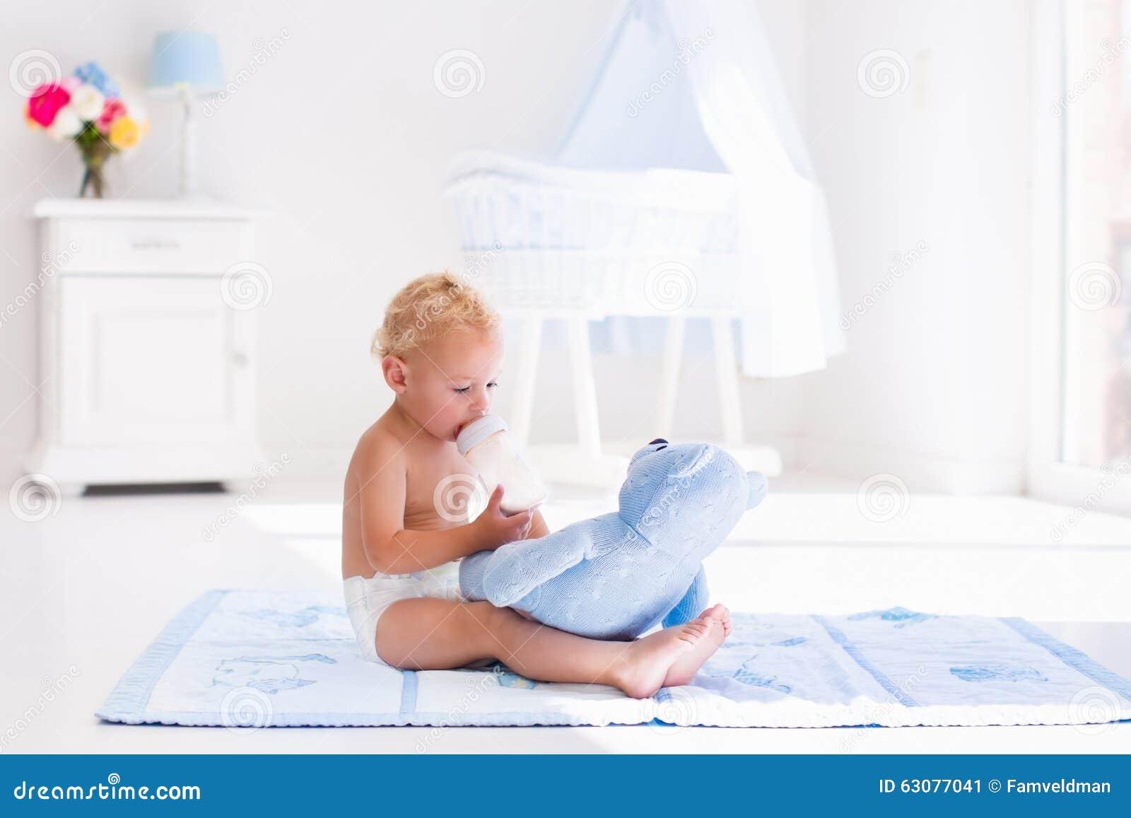 Download Bébé Garçon Avec La Bouteille à Lait Dans La Crèche Ensoleillée Image stock - Image du fille, bouclé: 63077041