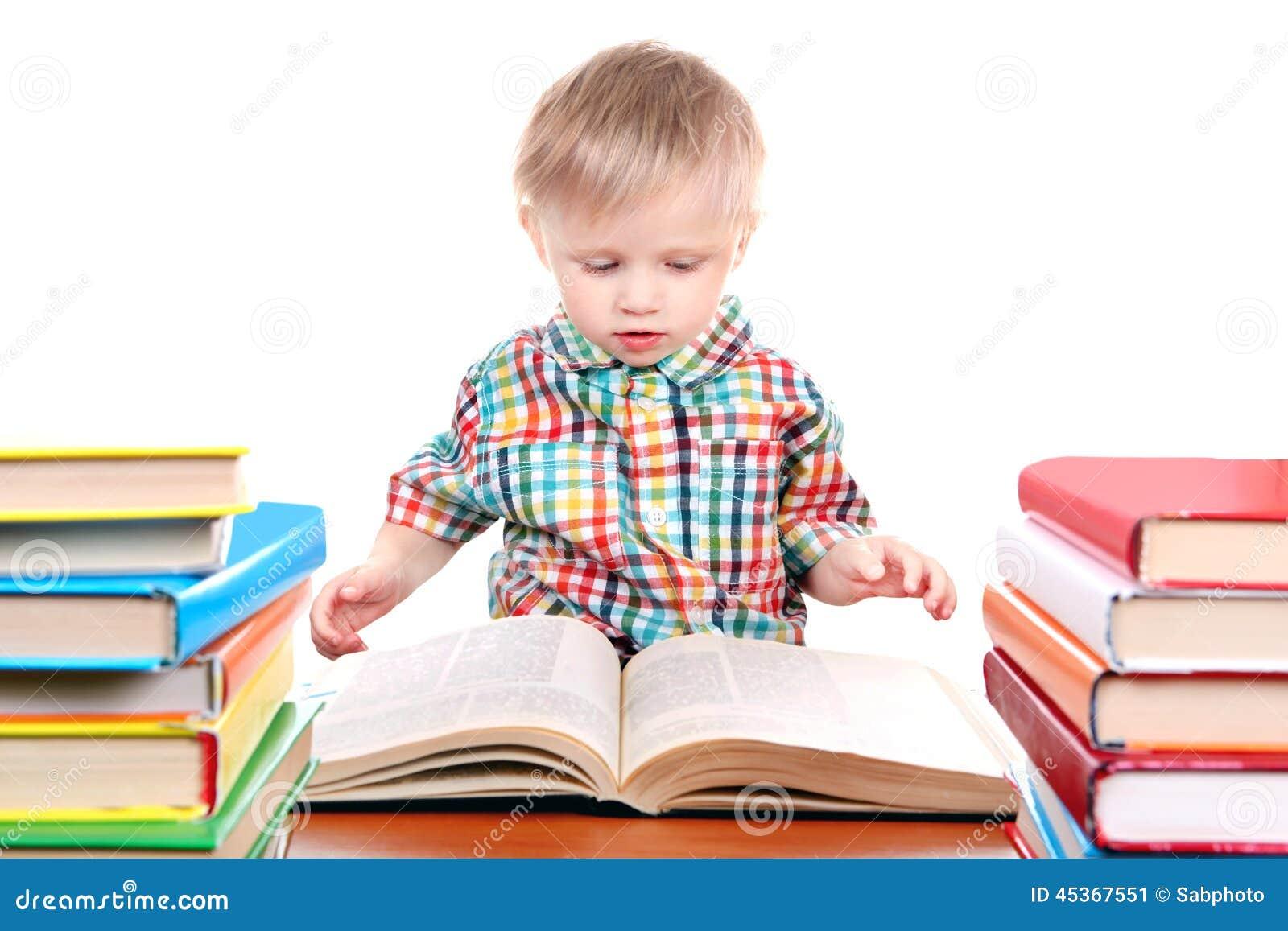 Bébé garçon avec les livres