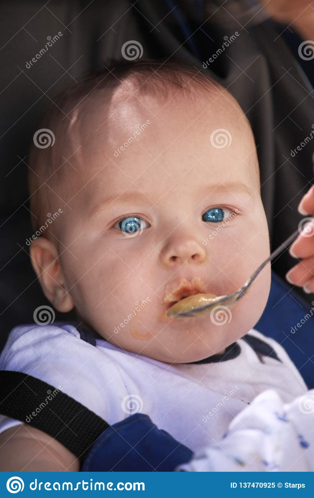 Mignon Alimenté Cuillère Caucasien Dans La De Bébé Garçon Petite Nwv08nOm