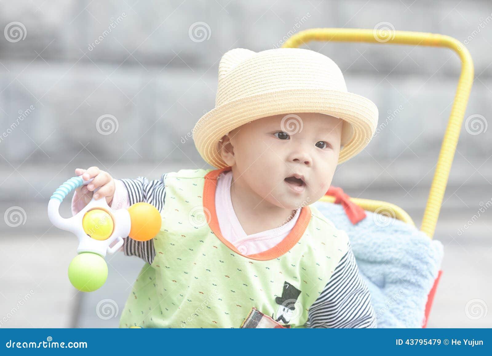 Bébé garçon heureux s asseyant dans la poussette