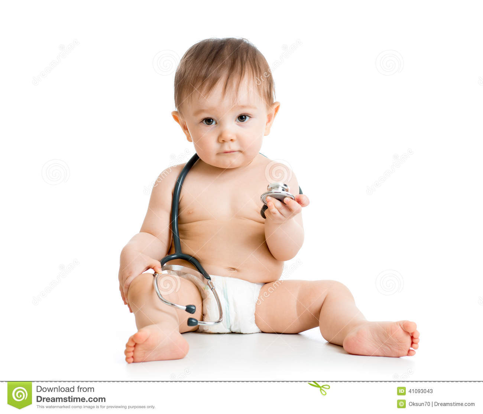 Bébé garçon mignon avec le stéthoscope à disposition