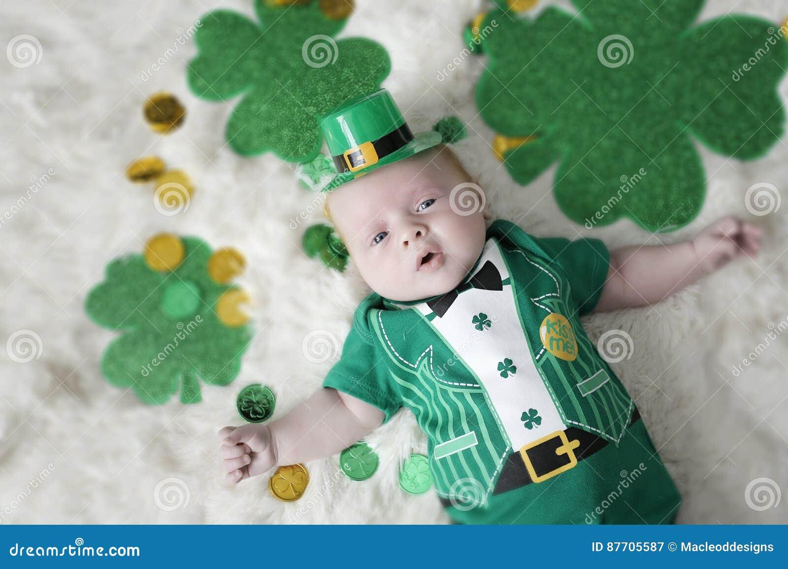 Bébé habillé pour le jour de St Patricks