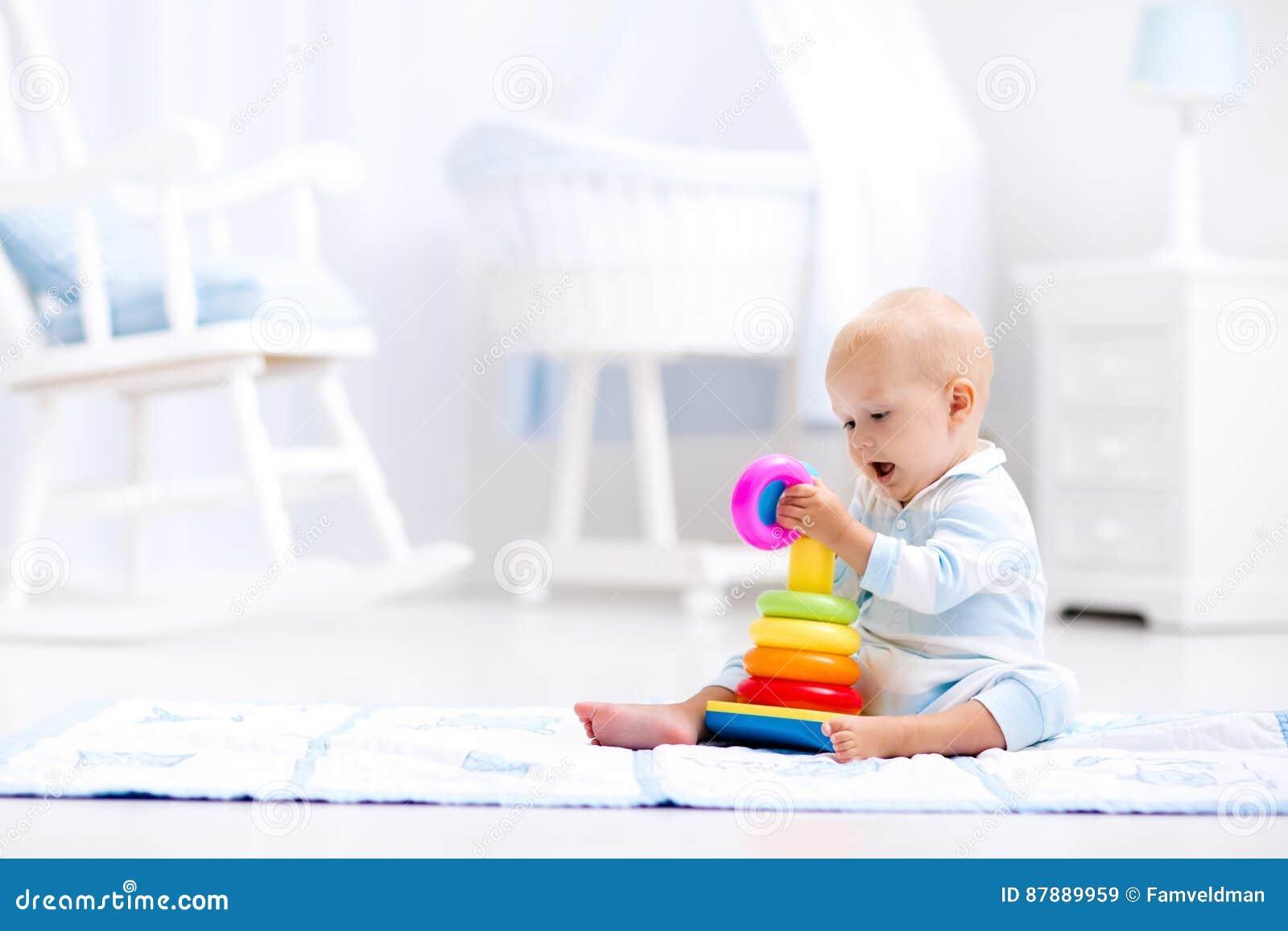 Bébé jouant avec la pyramide de jouet Jeu d enfants