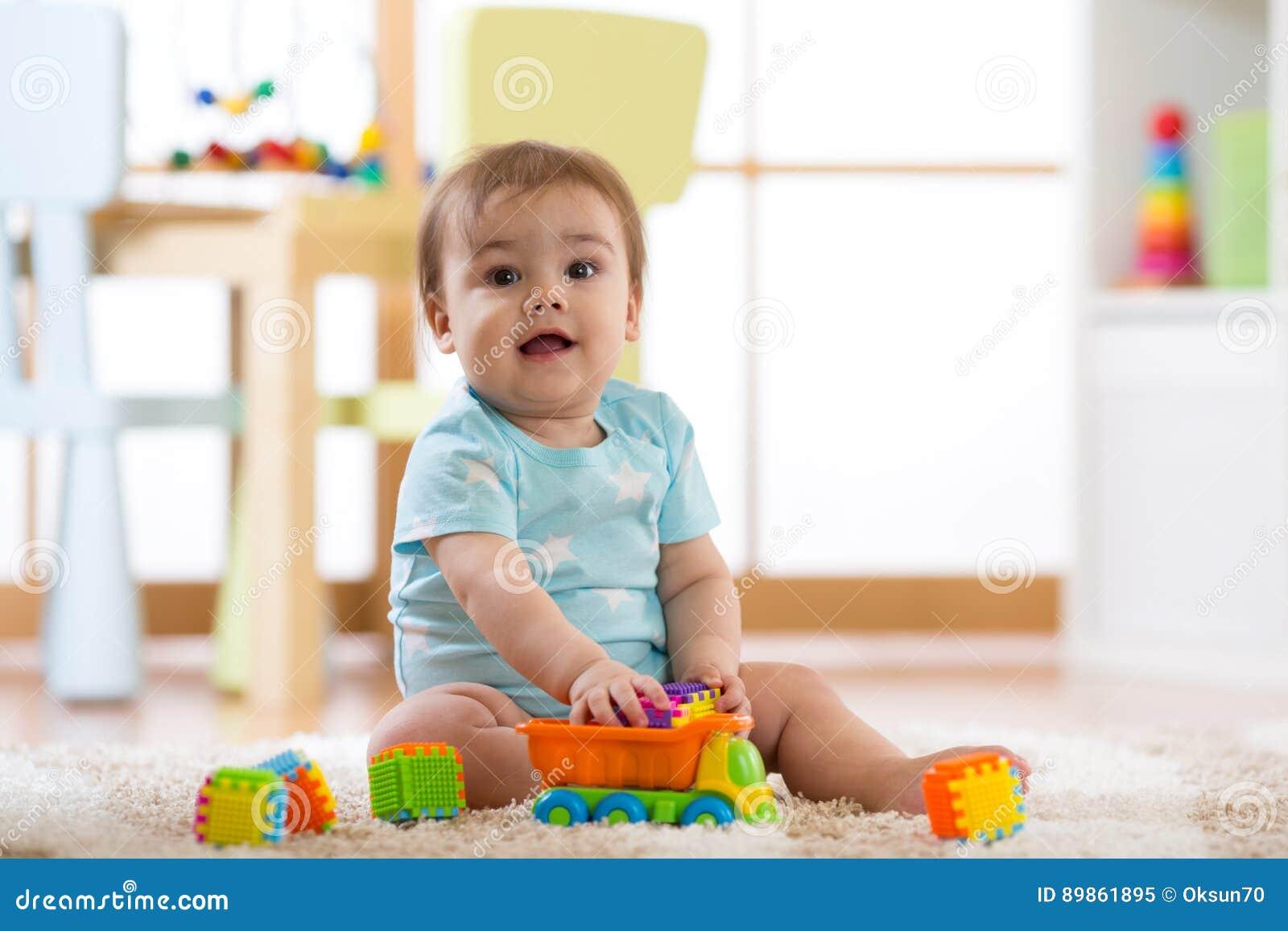 b b jouant les jouets en bois la maison ou le jardin d 39 enfants image stock image du. Black Bedroom Furniture Sets. Home Design Ideas