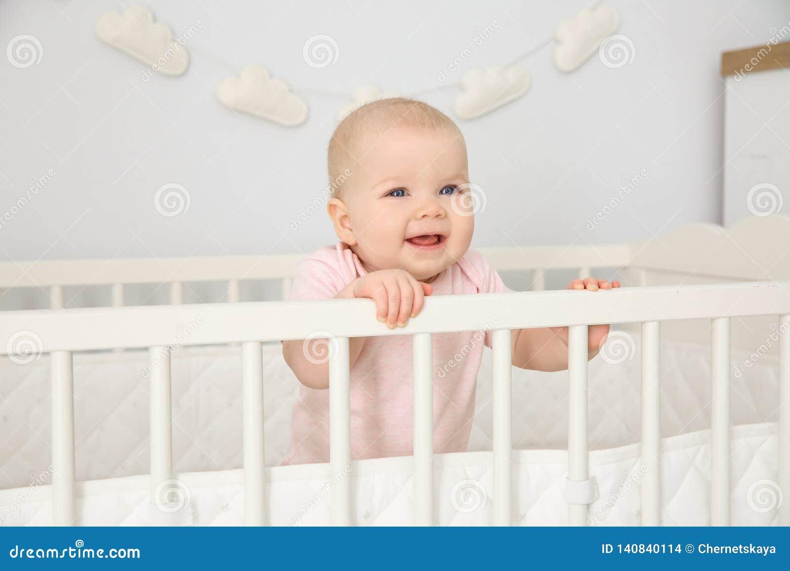 Bébé mignon dans la huche à la maison bedtime