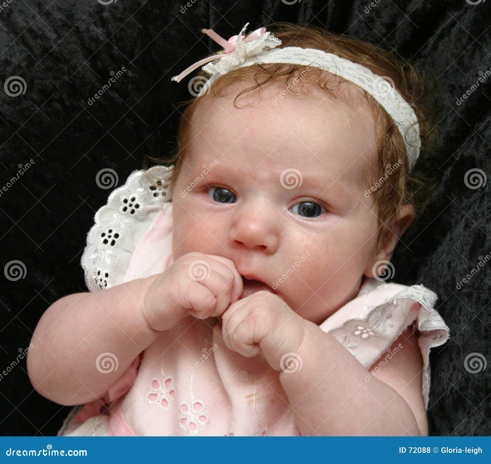 Bébé mignon dans le blanc