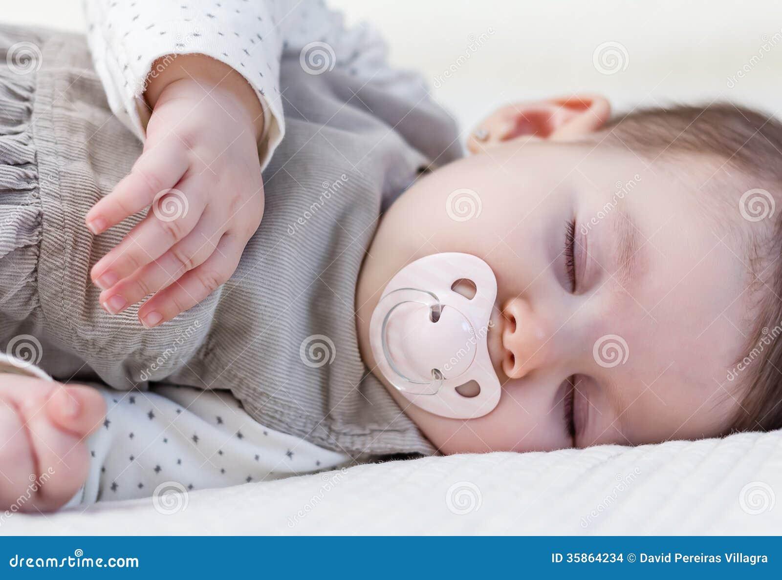 b b mignon dormant au dessus du couvre lit blanc images stock image 35864234. Black Bedroom Furniture Sets. Home Design Ideas