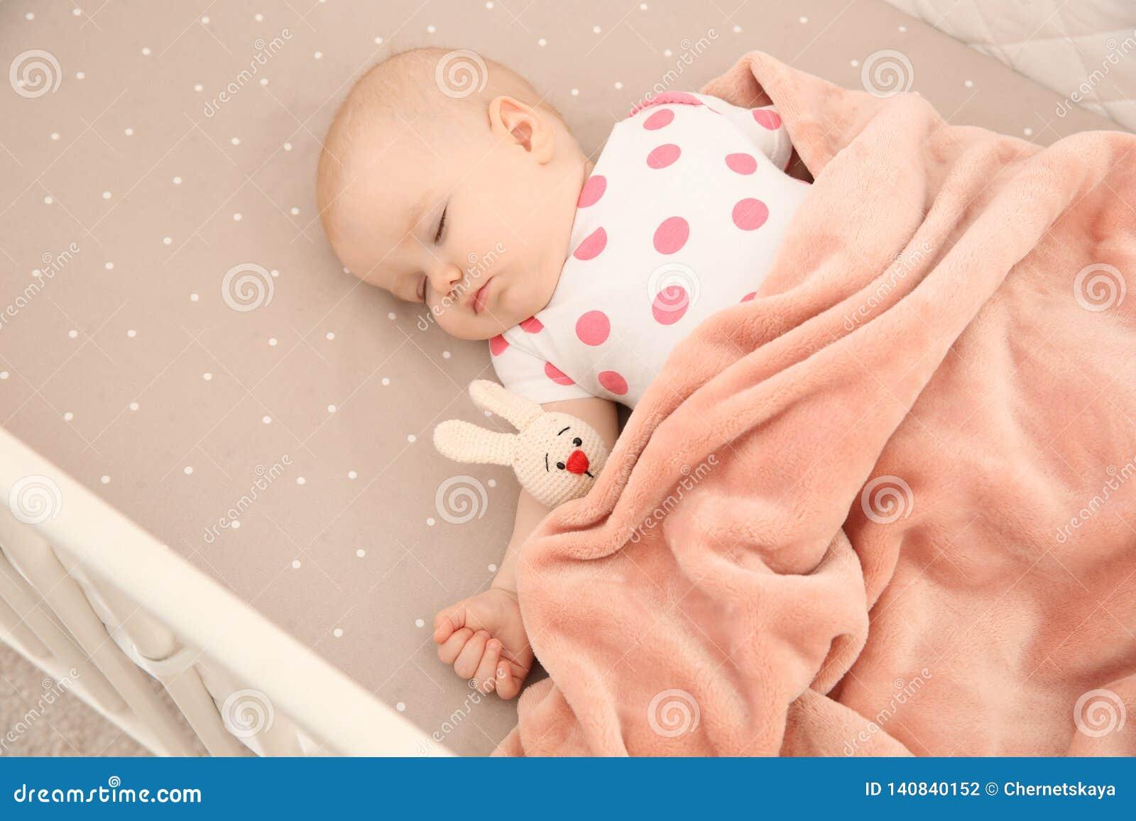 Bébé mignon dormant dans la huche bedtime