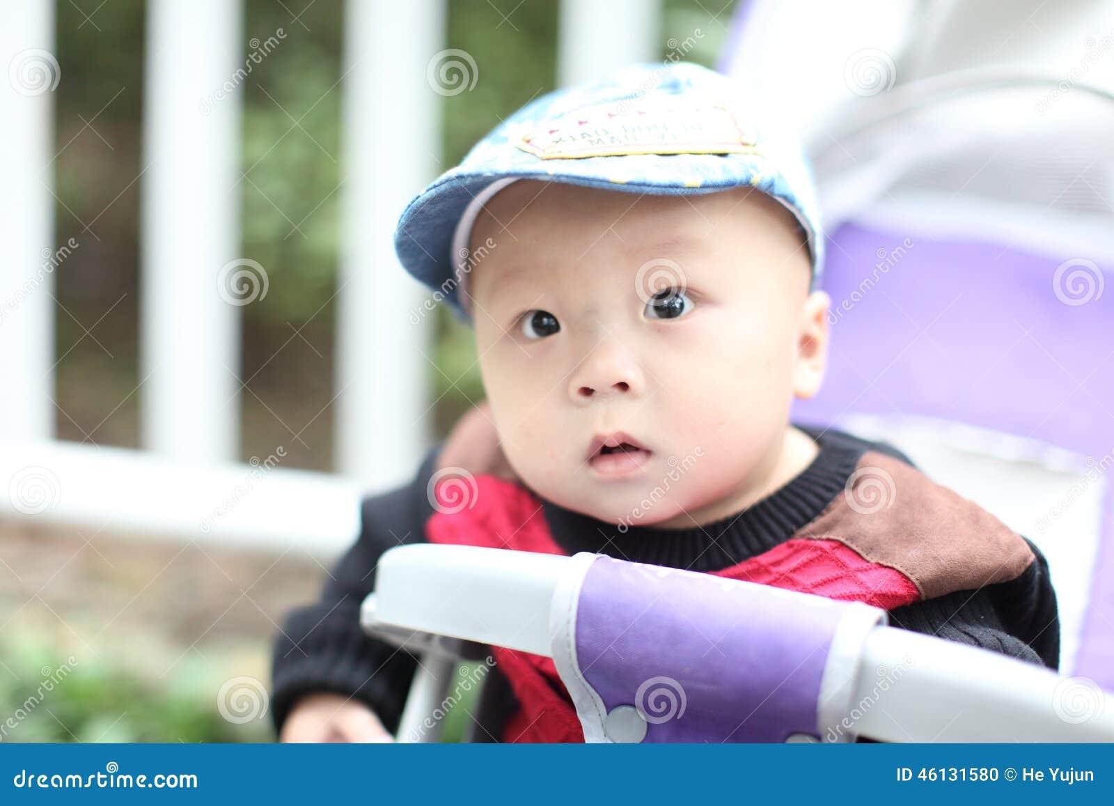 Bébé mignon s asseyant dans la poussette