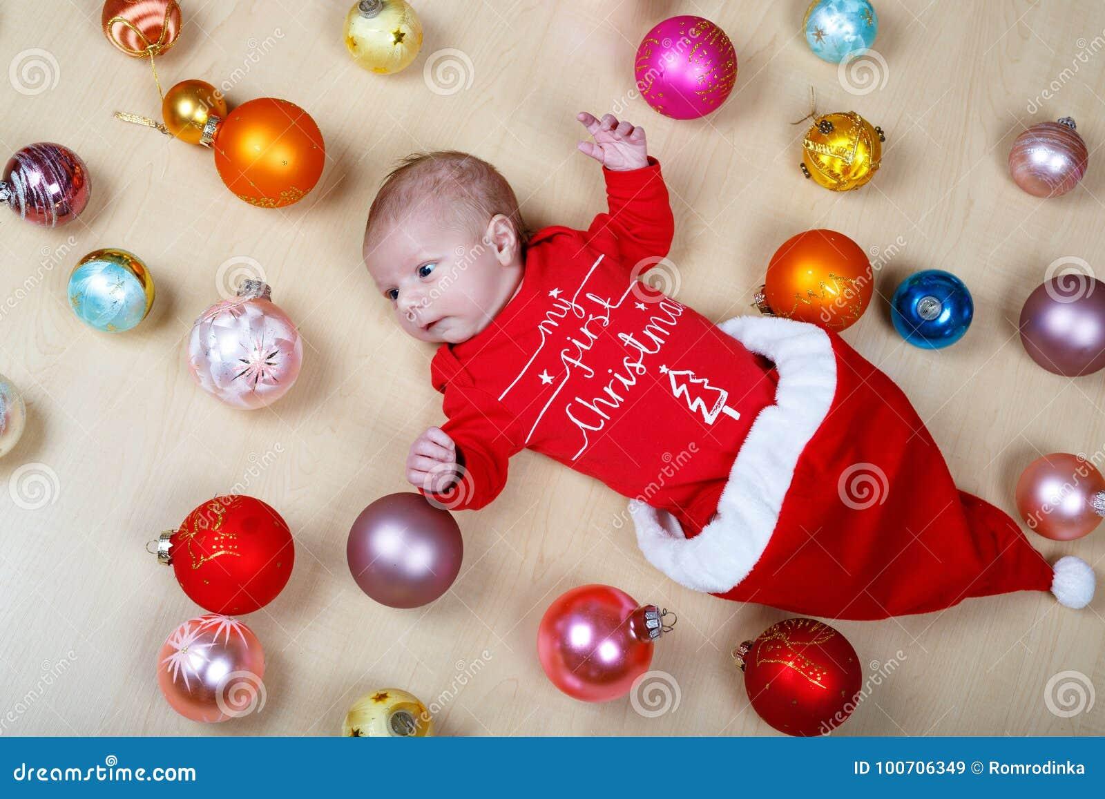 Bébé nouveau-né avec des decoarations d arbre de Noël et des jouets et des boules colorés