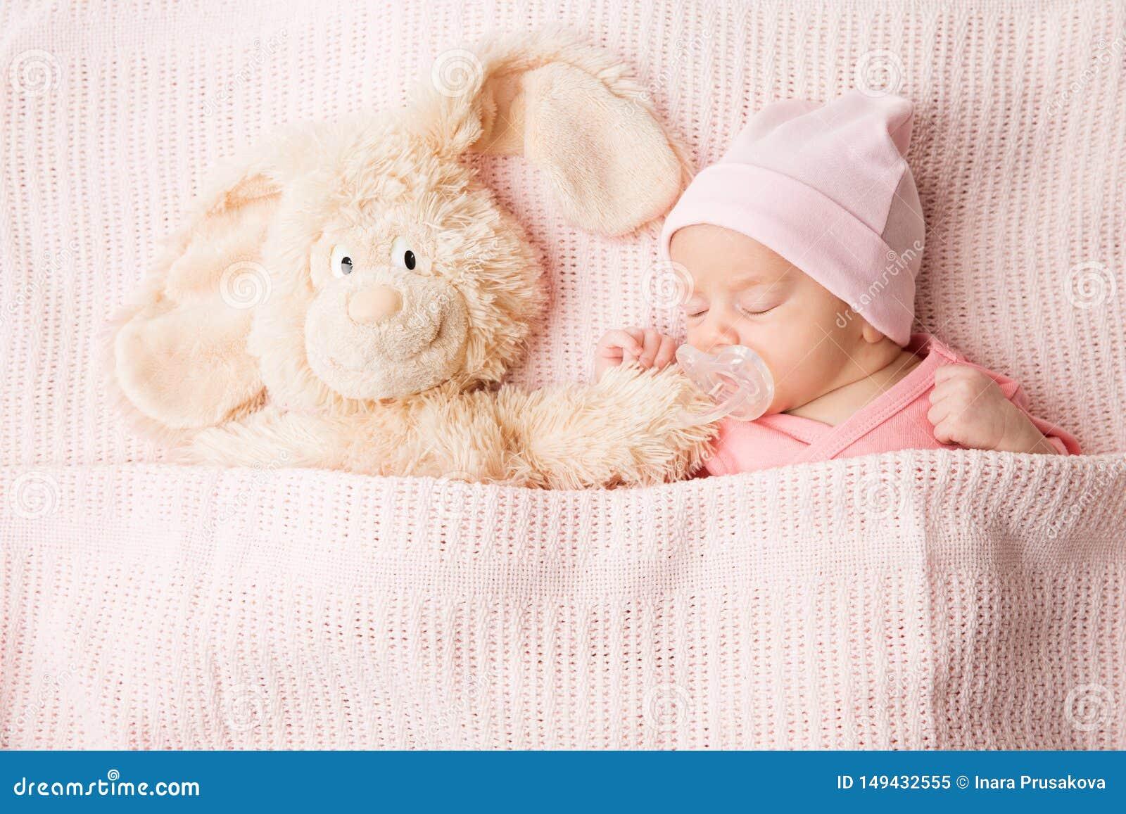 B?b? nouveau-n? de sommeil avec le jouet, sommeil nouveau-n? d enfant couvert par la couverture, portrait d enfant