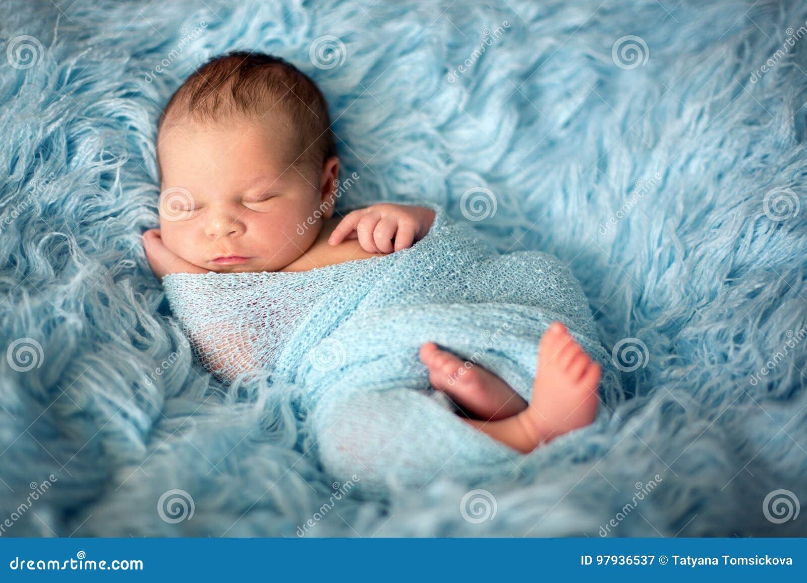 Bébé nouveau-né de sourire heureux dans l enveloppe, dormant heureusement en fourrure confortable