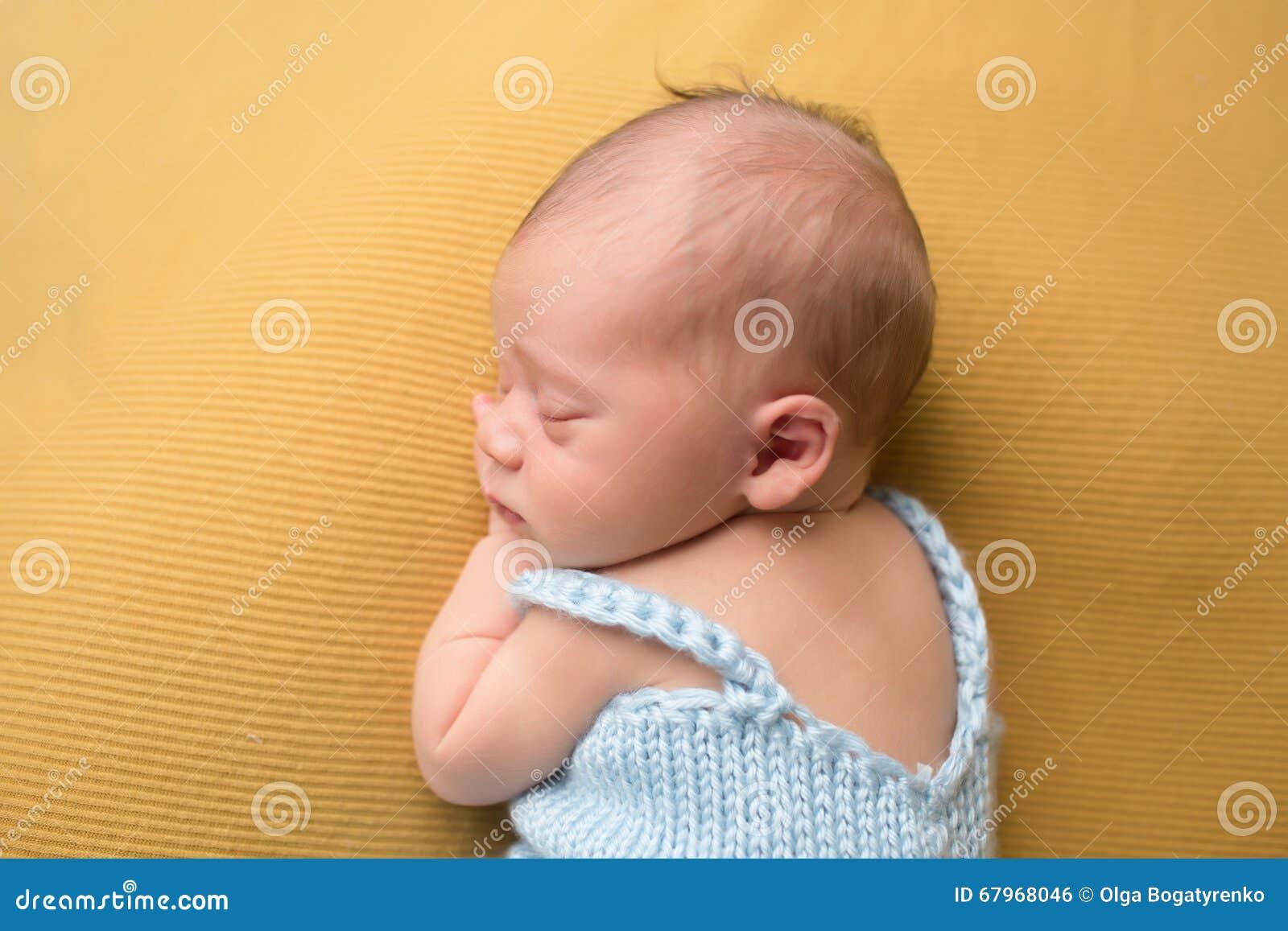 Bébé nouveau-né dormant sur la couverture