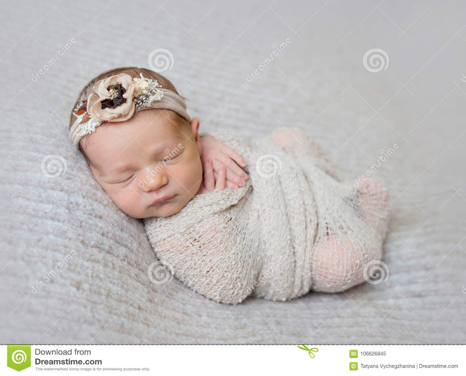 Bébé nouveau-né enveloppé dans l enveloppe