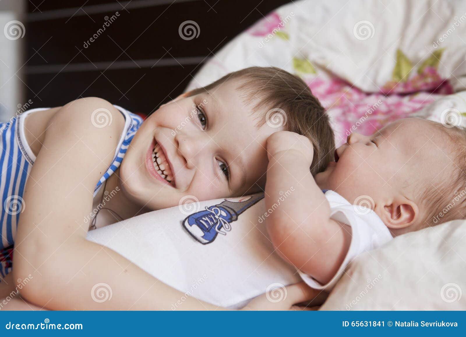 Bébé nouveau-né et 5 années de frère