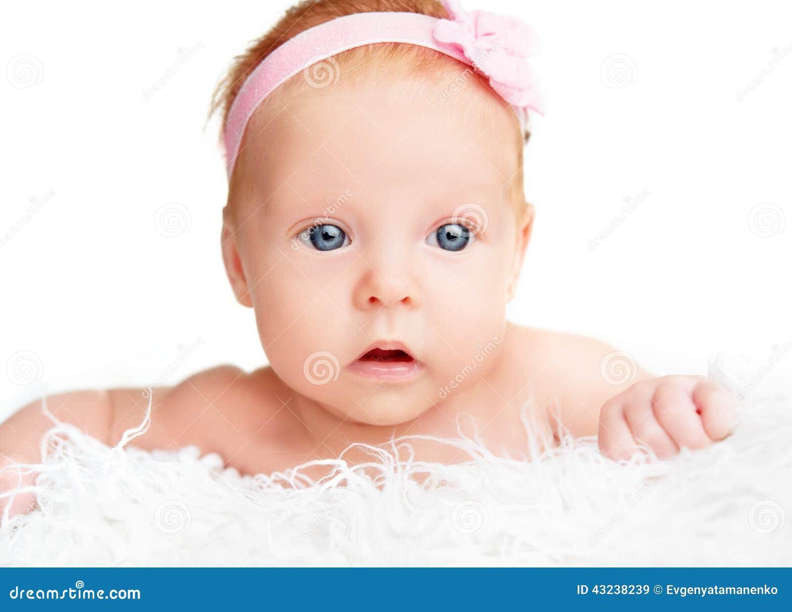 Bébé Nouveau-né Mignon Avec Un Ruban Rose De Fleur Image stock ... d94e01f5a31