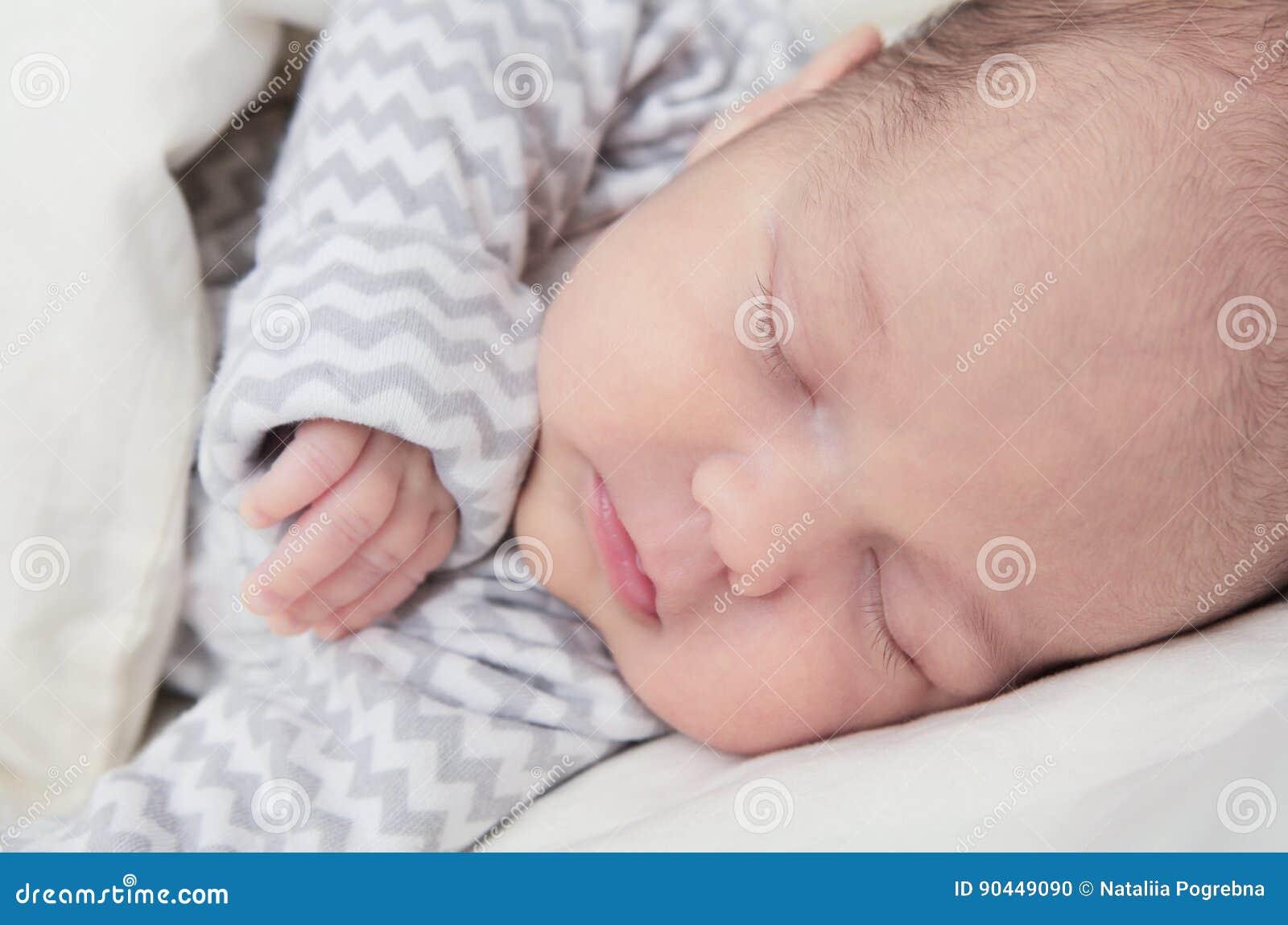 Bébé nouveau-né mignon dormant, un mois, plan rapproché de visage