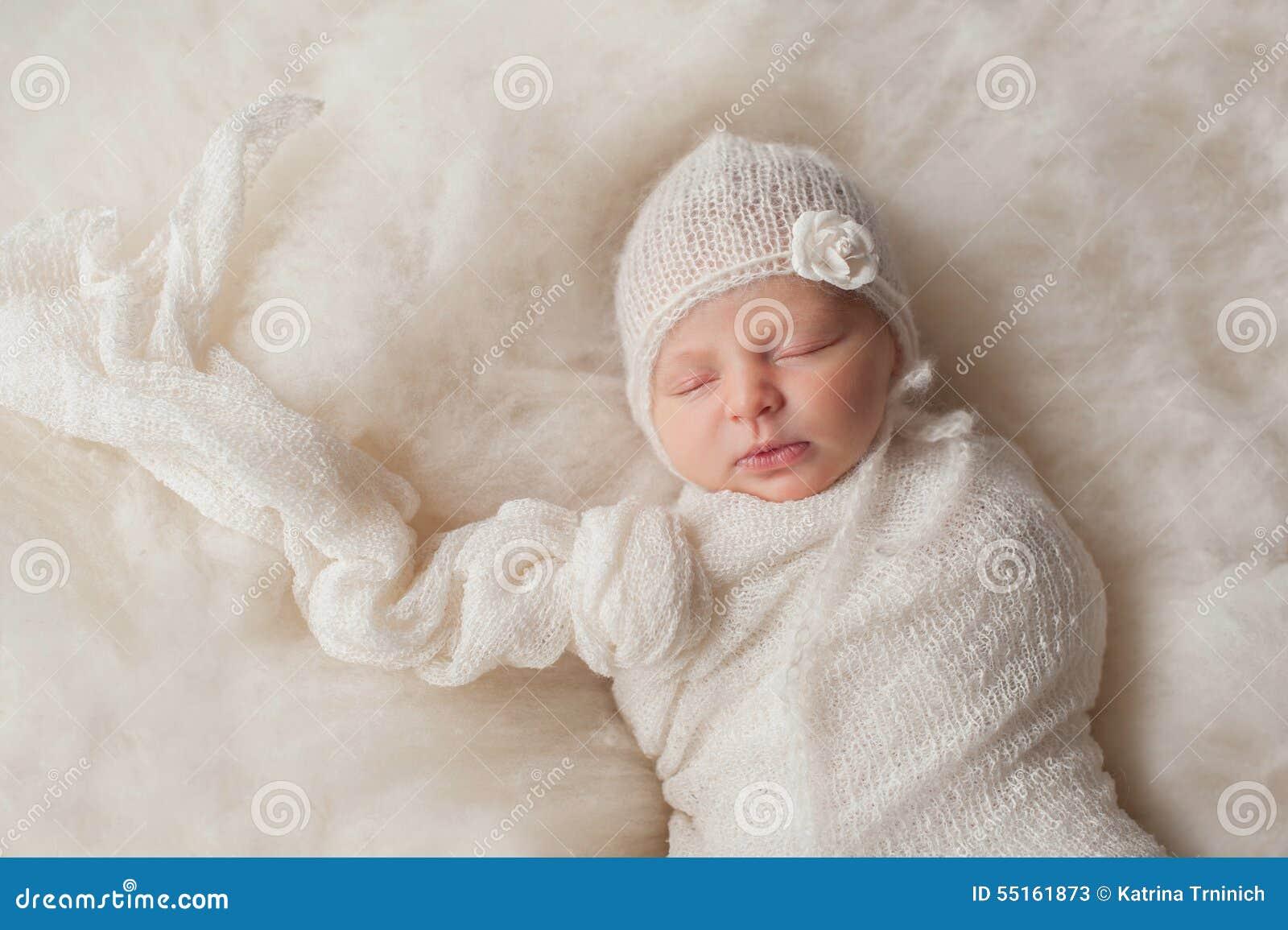 Bébé nouveau-né portant un capot tricoté par blanc