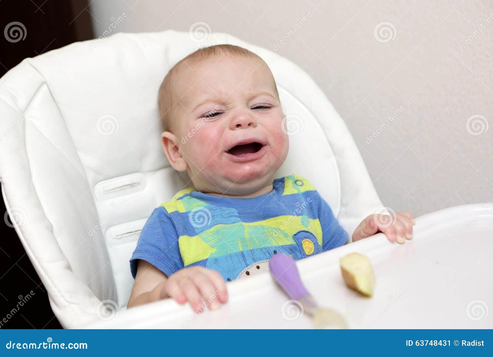Bébé pleurant dans le highchair