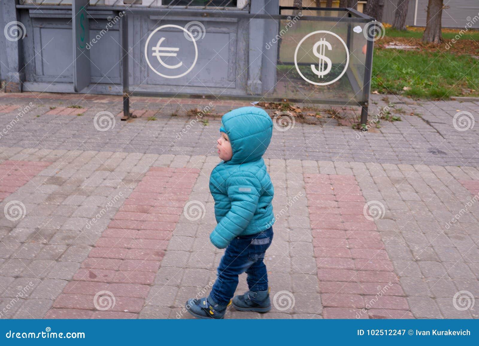 Bébé près du bureau de change image stock image du chéri coins