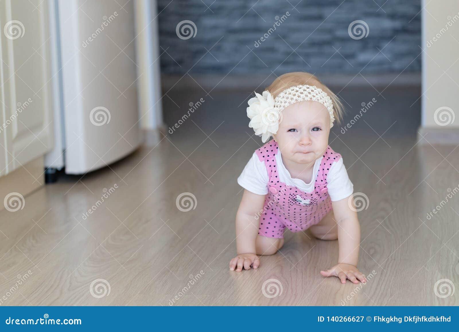 Bébé rampant le long du passage ouvert dans la maison