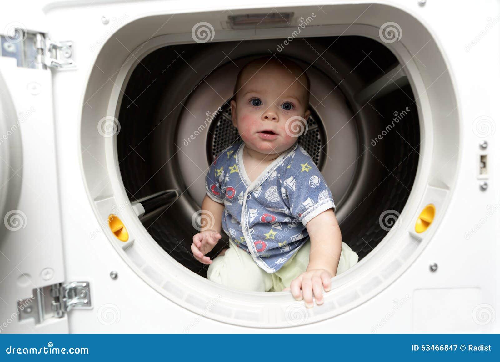 Bébé sérieux dans le dessiccateur
