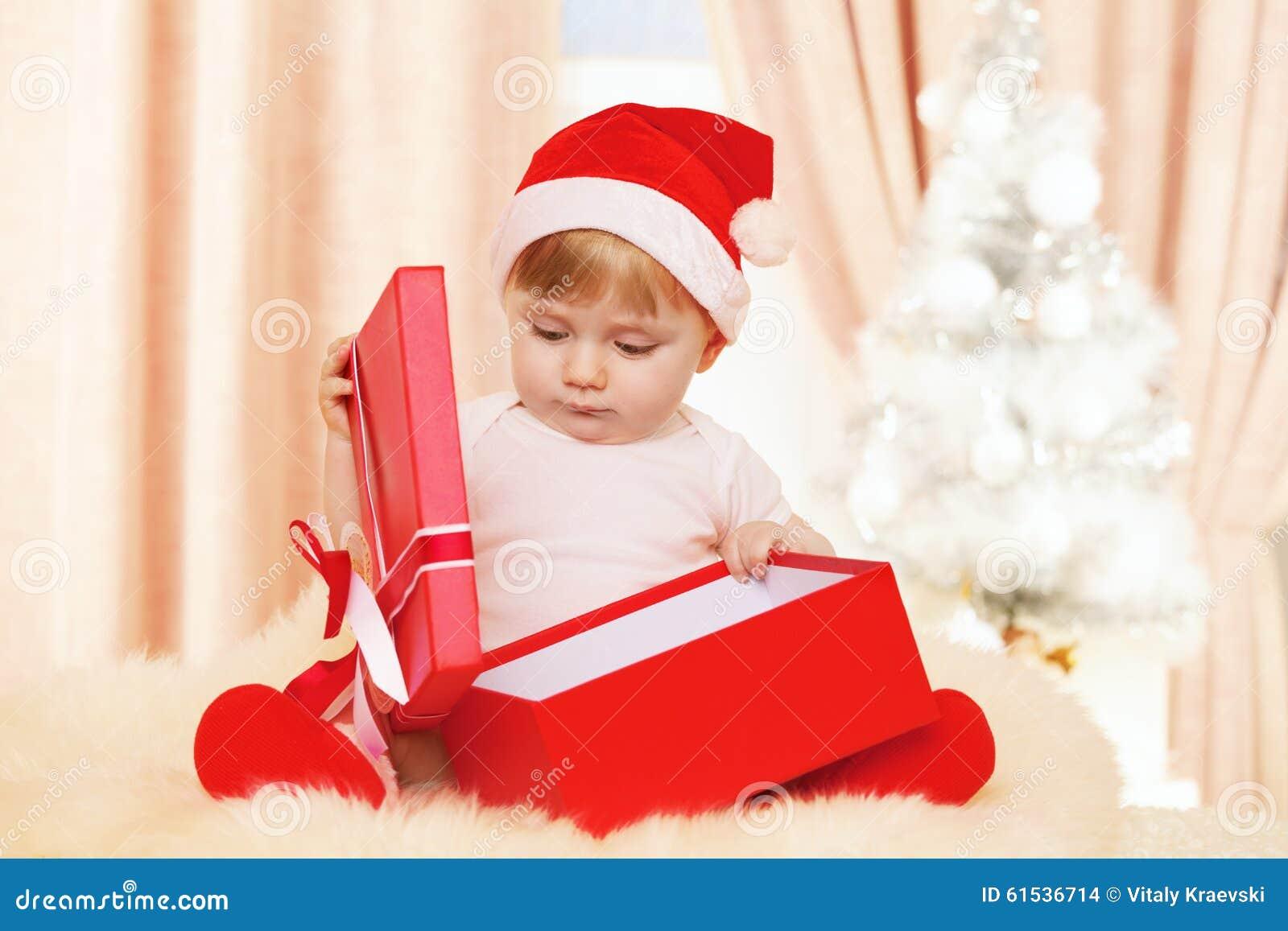 Bébé Santa avec le grand boîte-cadeau rouge