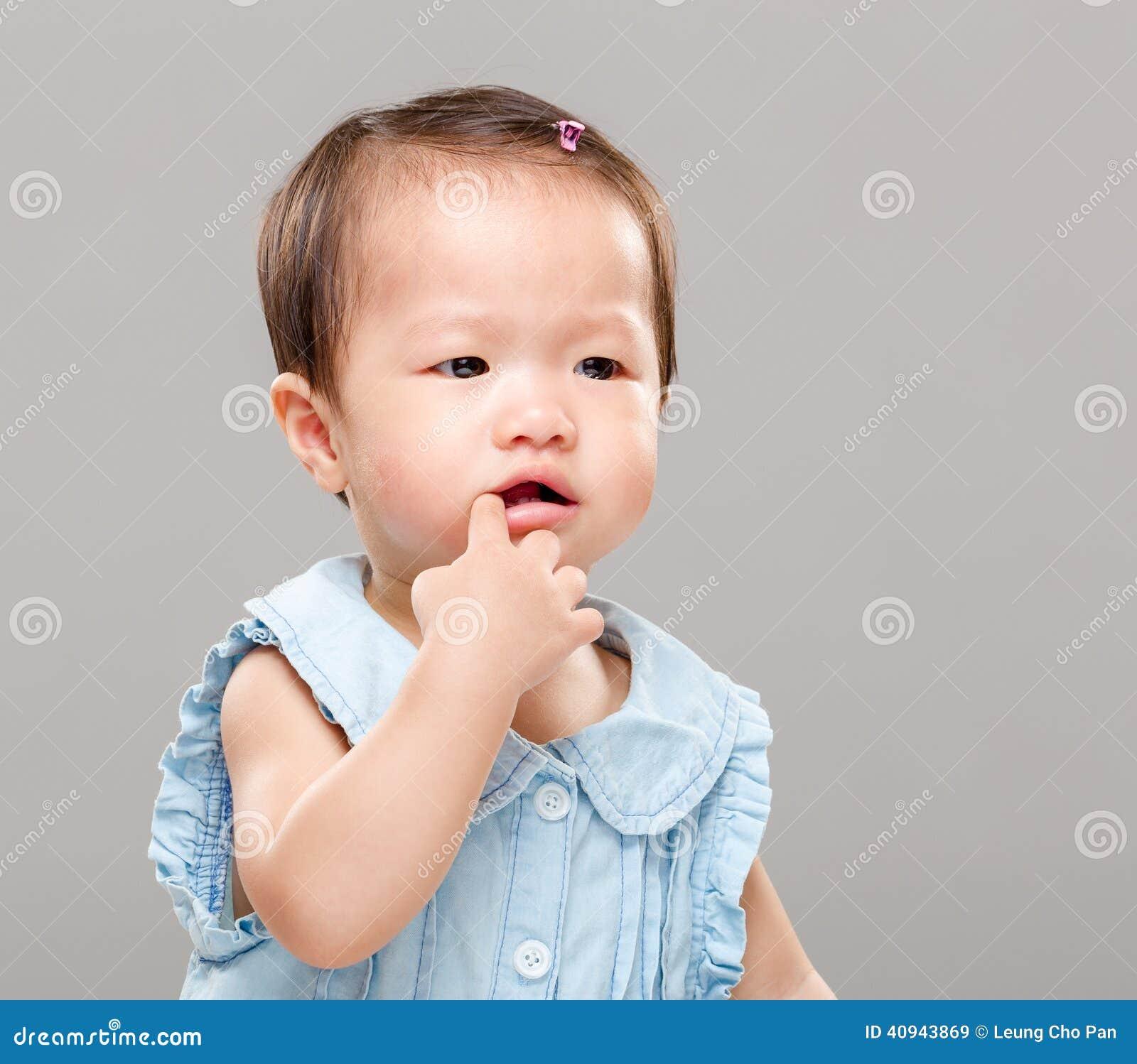 Bébé suçant le doigt