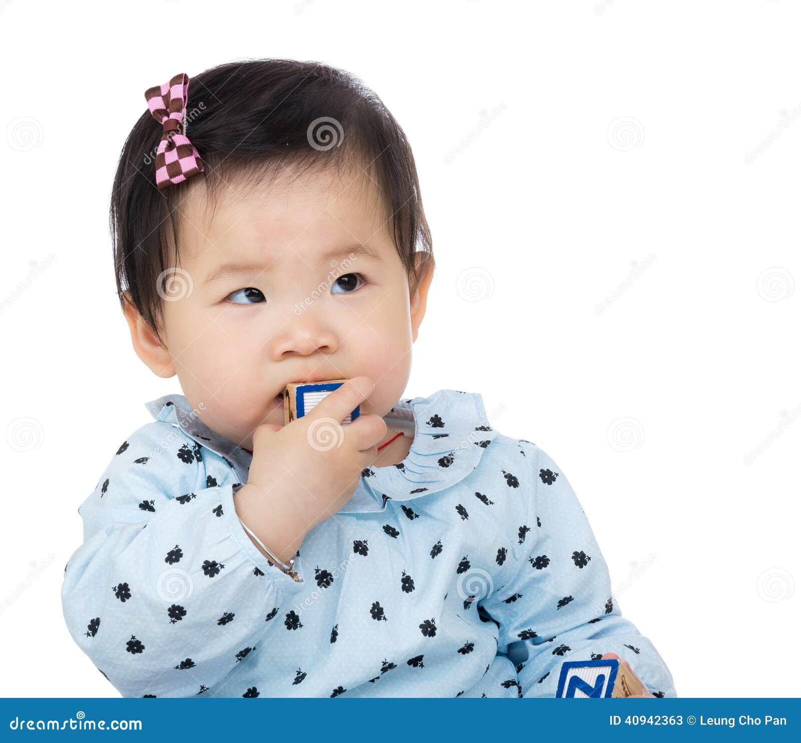 Bébé suçant le jouet