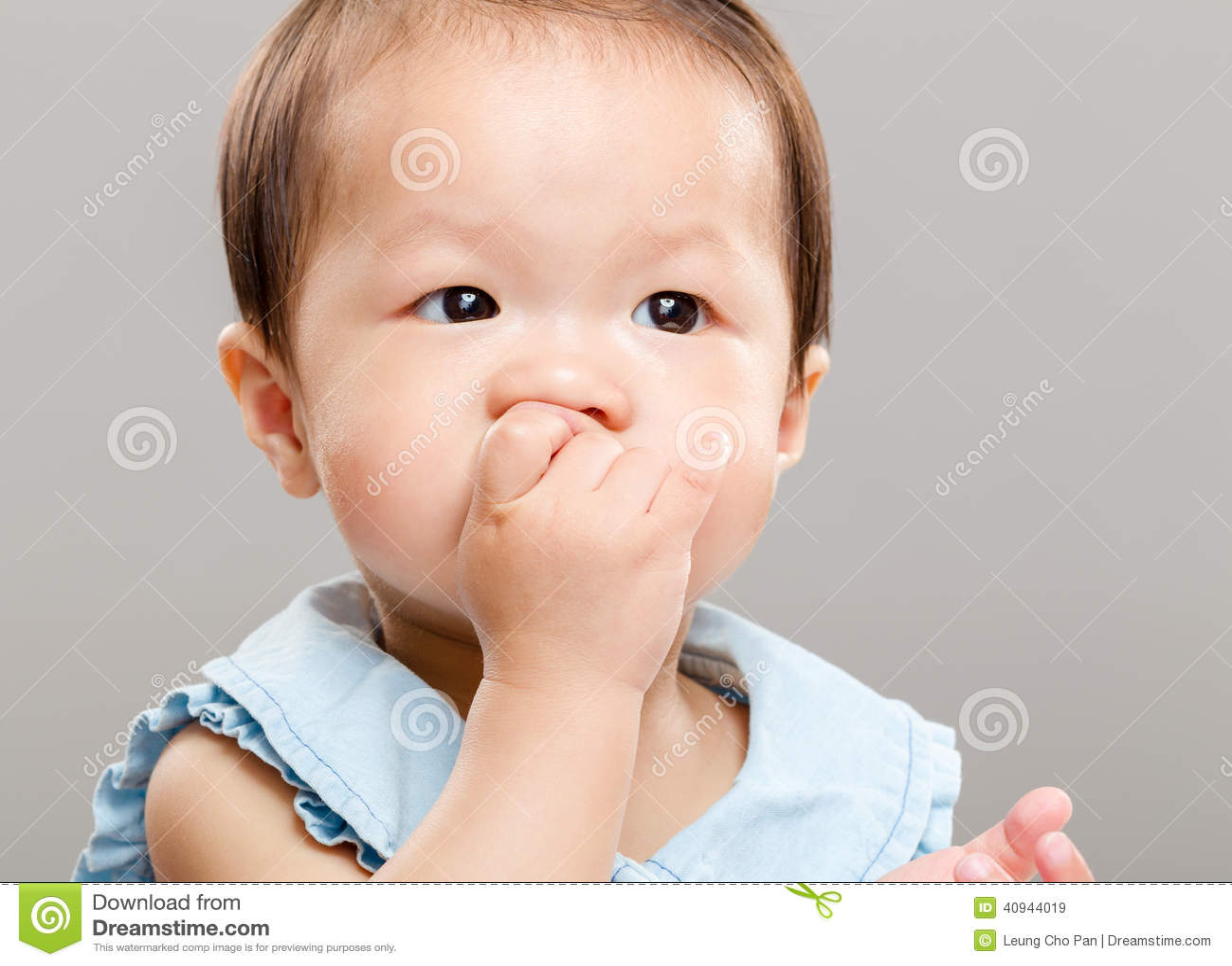 Bébé suçant son doigt dans la bouche