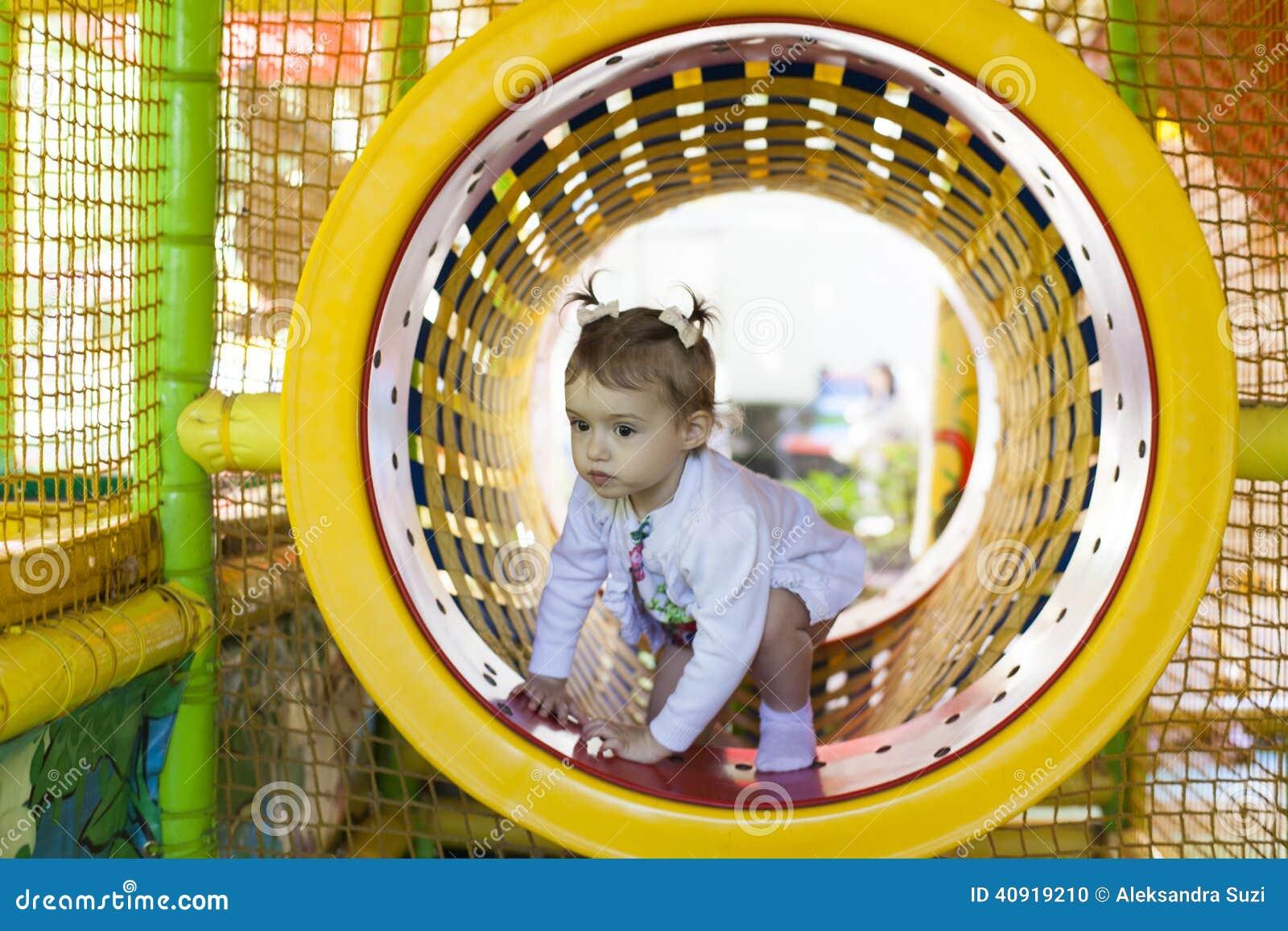 Bébé sur un terrain de jeu