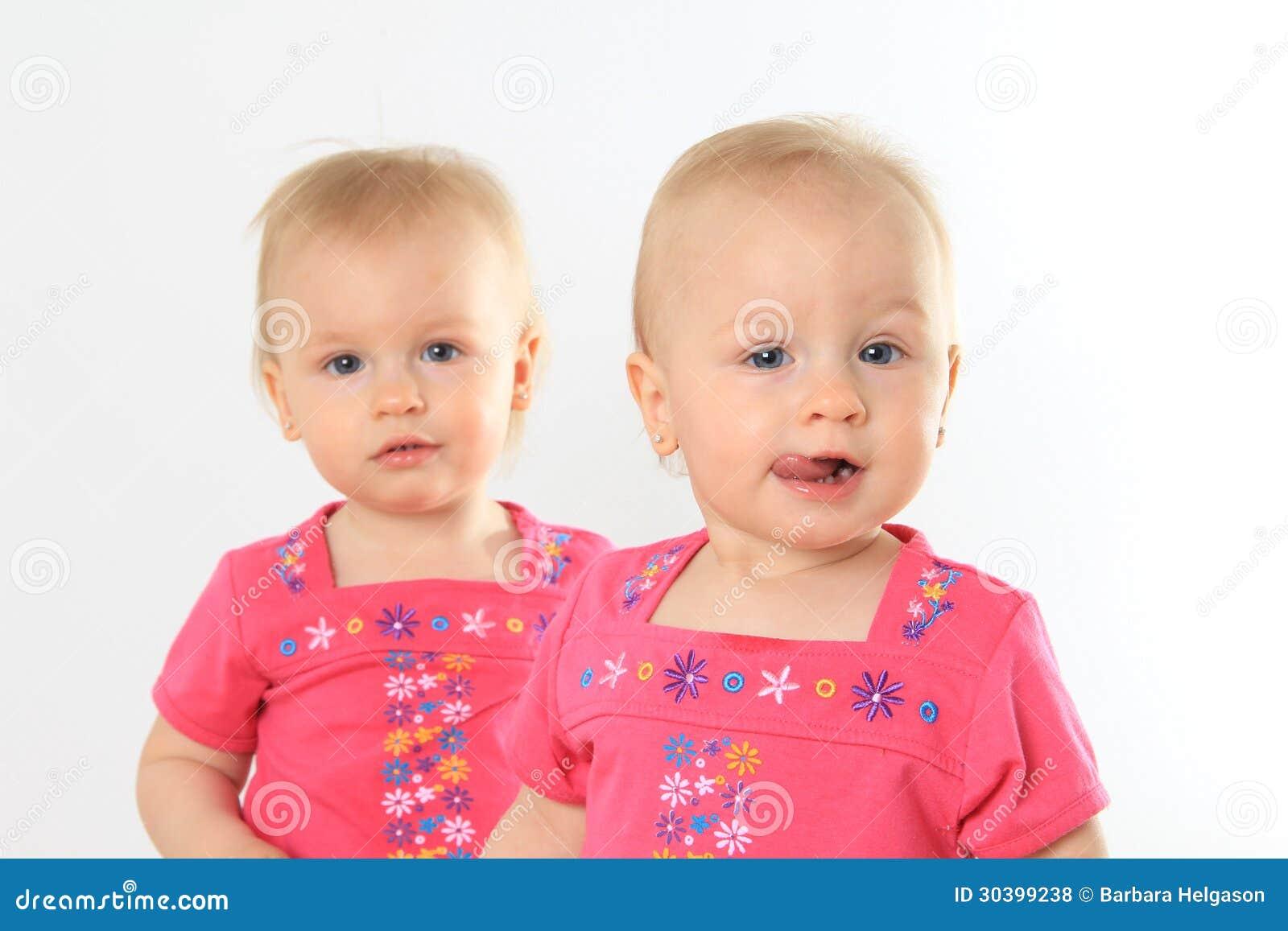 Les Bébés Filles Jumeaux : Bébés jumeaux photo stock image du fille cheveu