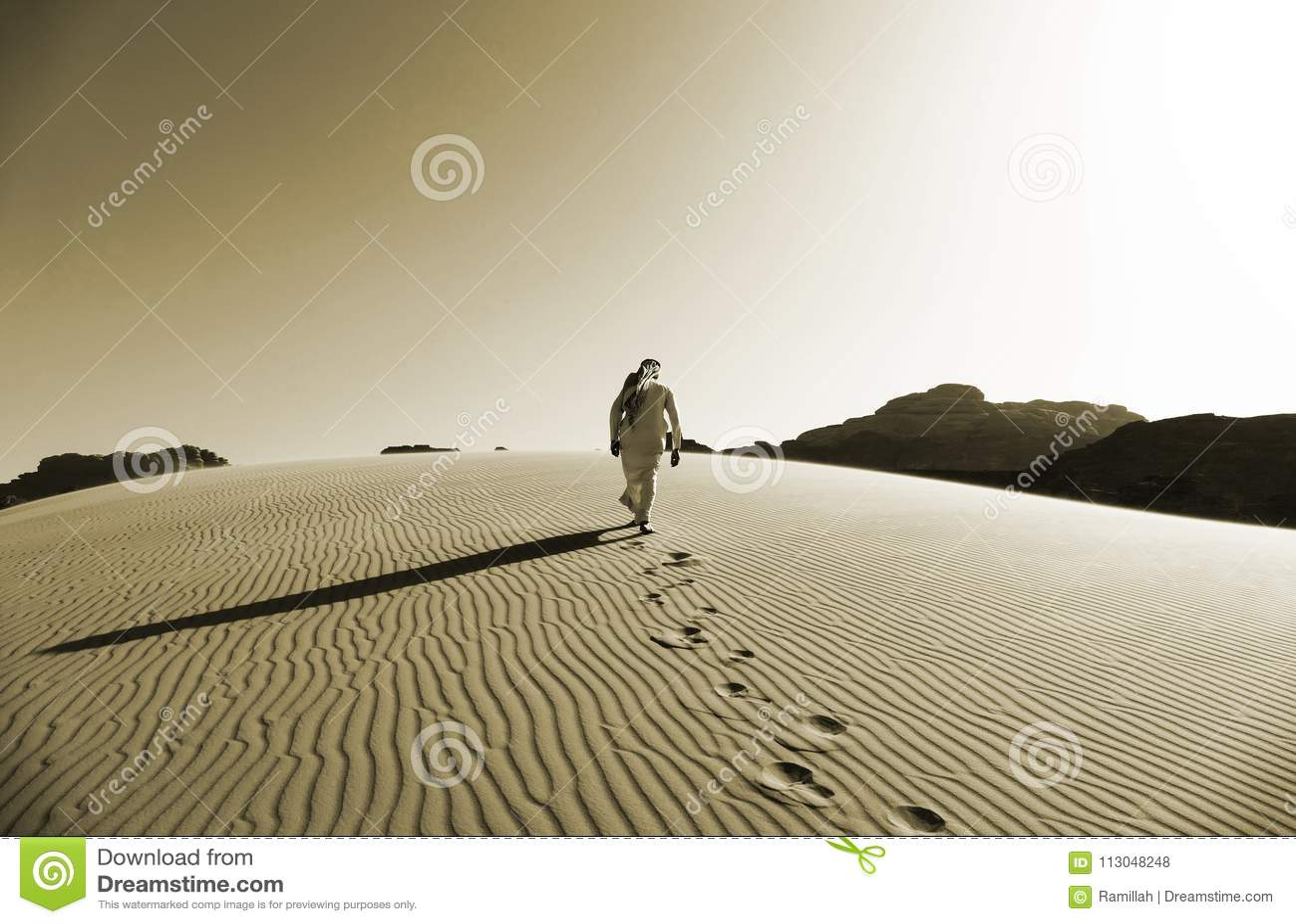 Bédouin marchant sur les dunes de sable en Wadi Rum Desert, Jordanie dans la couleur de sépia
