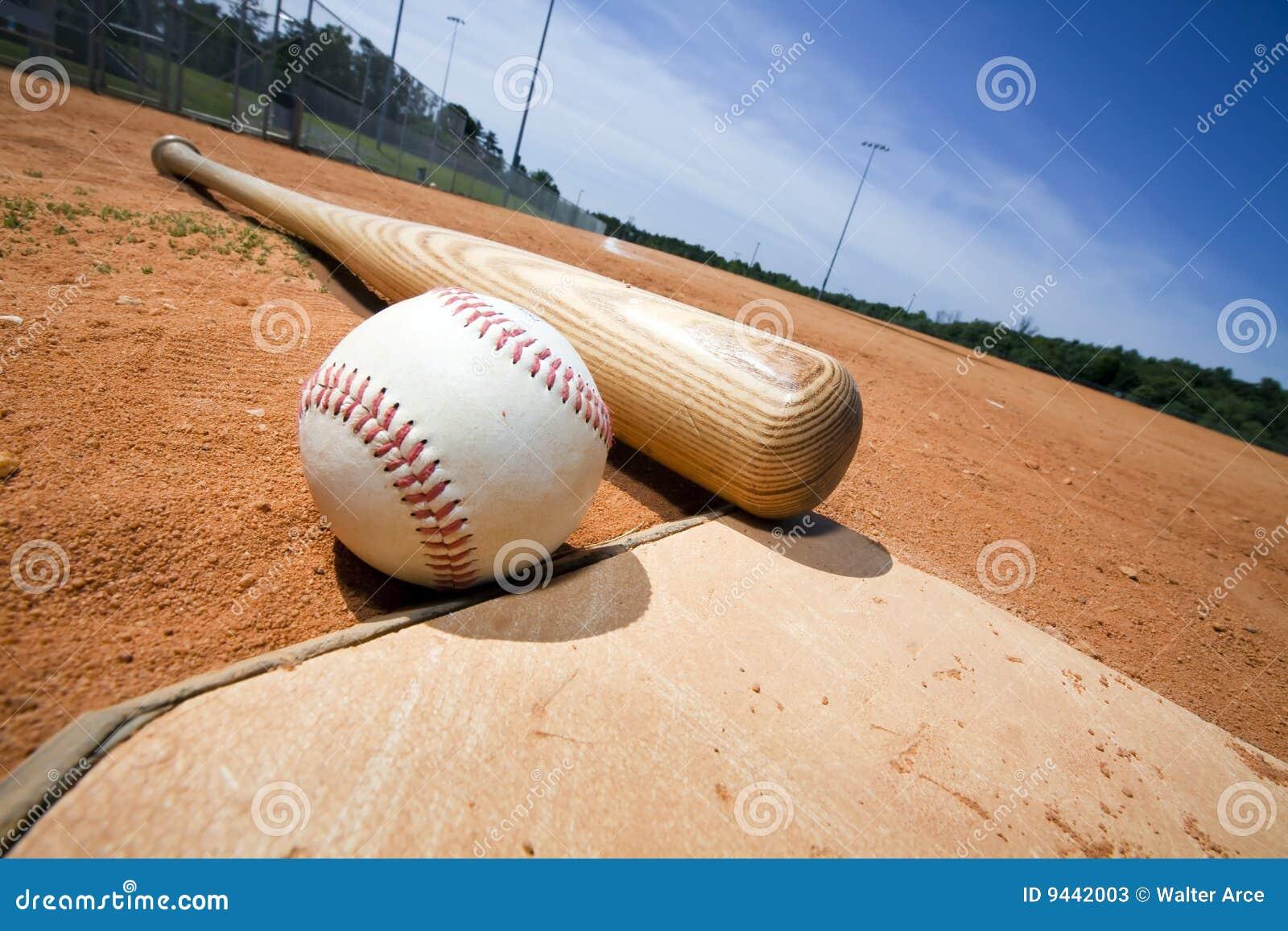 Béisbol y palo en la placa casera