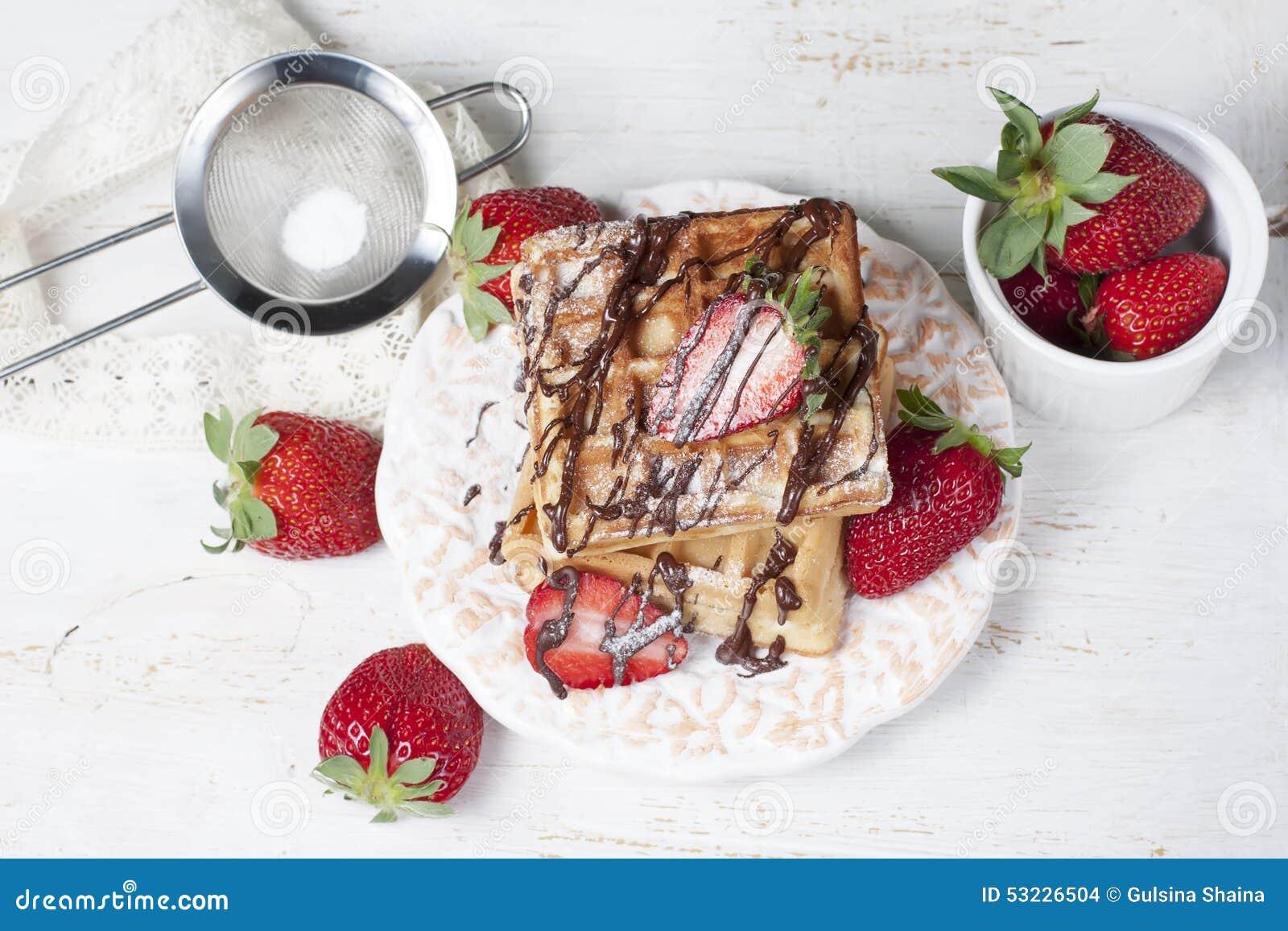 Bélgica recientemente cocida se enrolla con la salsa de chocolate y el strawberr