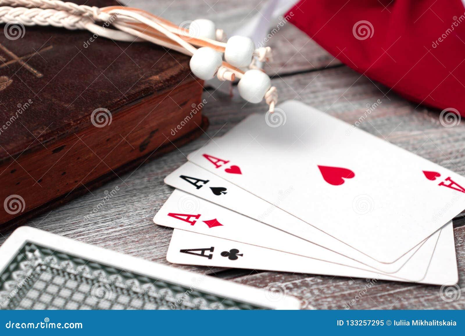 A Bíblia Sagrada e cartões velhos na tabela de madeira Misticism e fortuna que dizem, conceito futuro da previsão