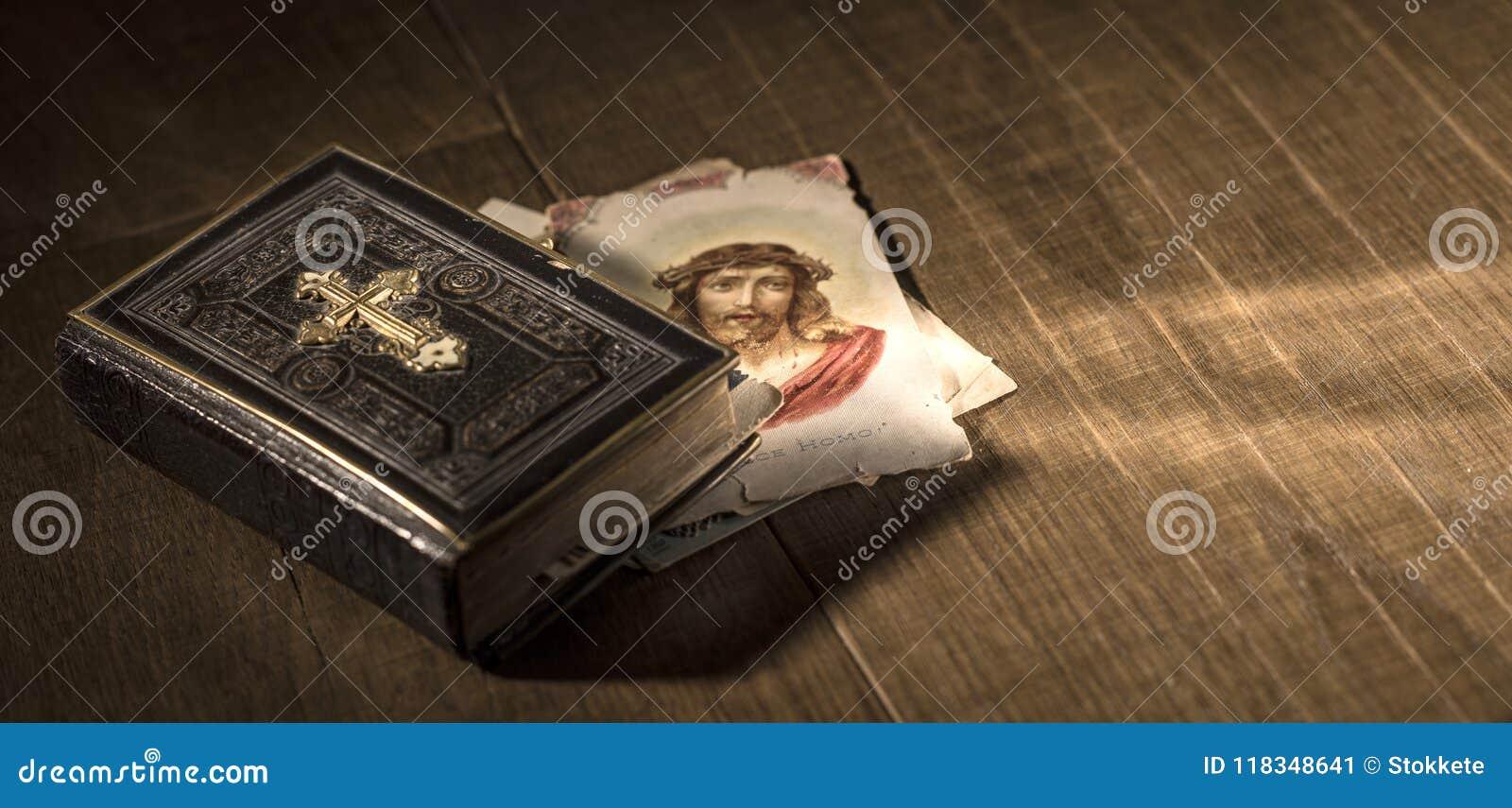 A Bíblia sagrado e cartão santamente com imagem de Jesus Christ em uma mesa