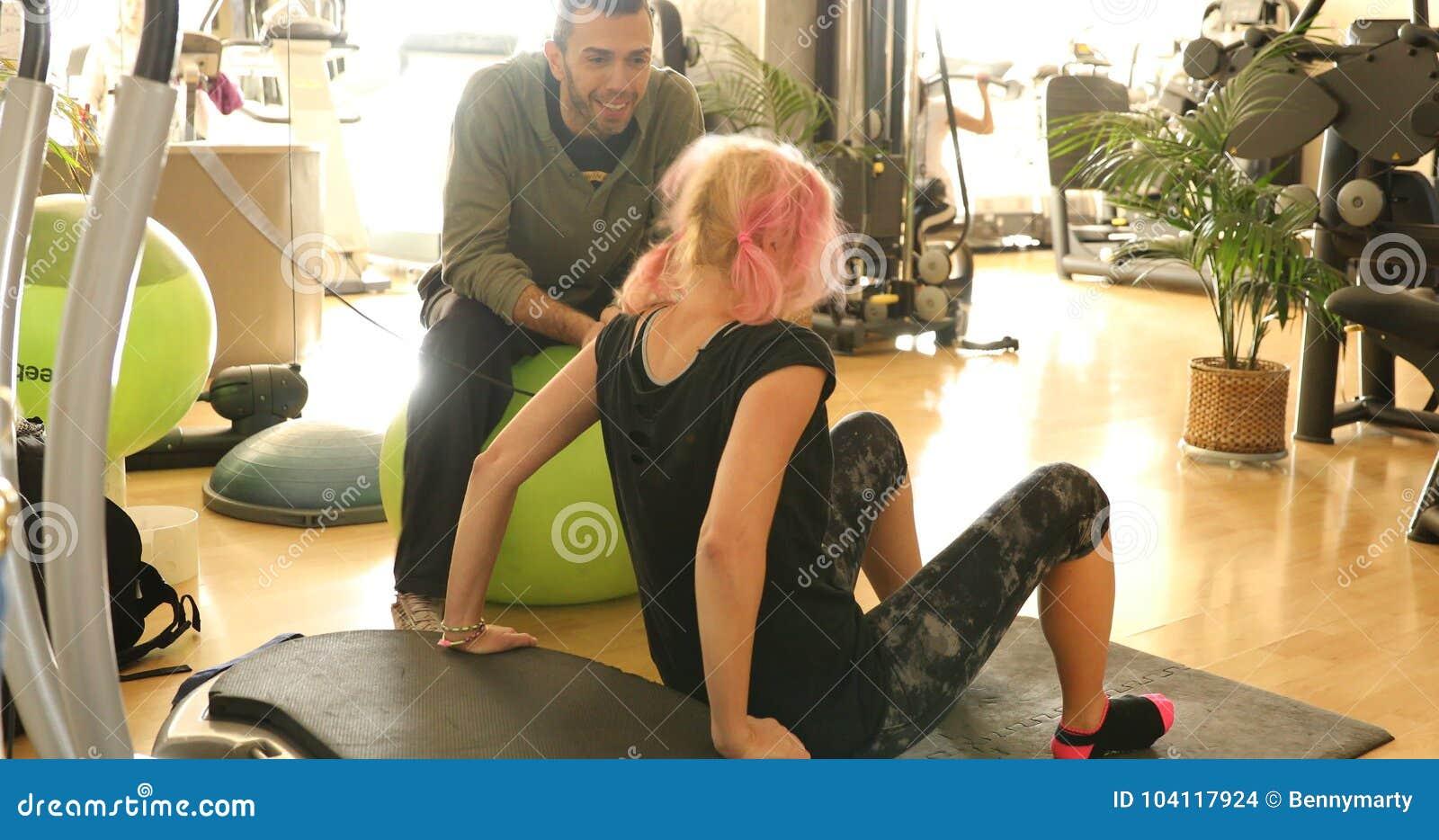 Bíceps do treinamento da mulher
