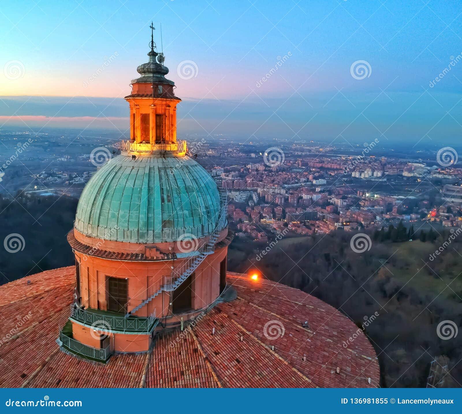 Bóveda de la basílica que pasa por alto la ciudad de Bolonia