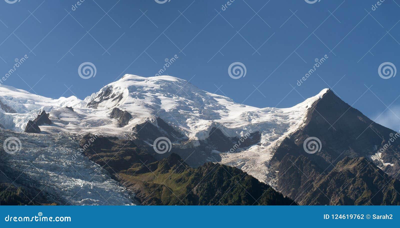 Bóveda y picos de montaña de Aiguille du Gouter con el glaciar en las montañas europeas, un paisaje nevoso de Bossons del verano