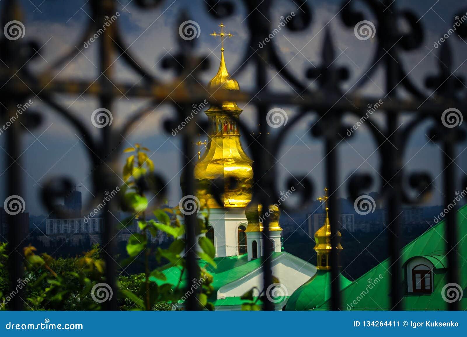 Bóvedas del monasterio masculino de oro azul hermoso de Svyato Mikhailovsky, iglesia ortodoxa ucraniana del patriarcado de Kiev