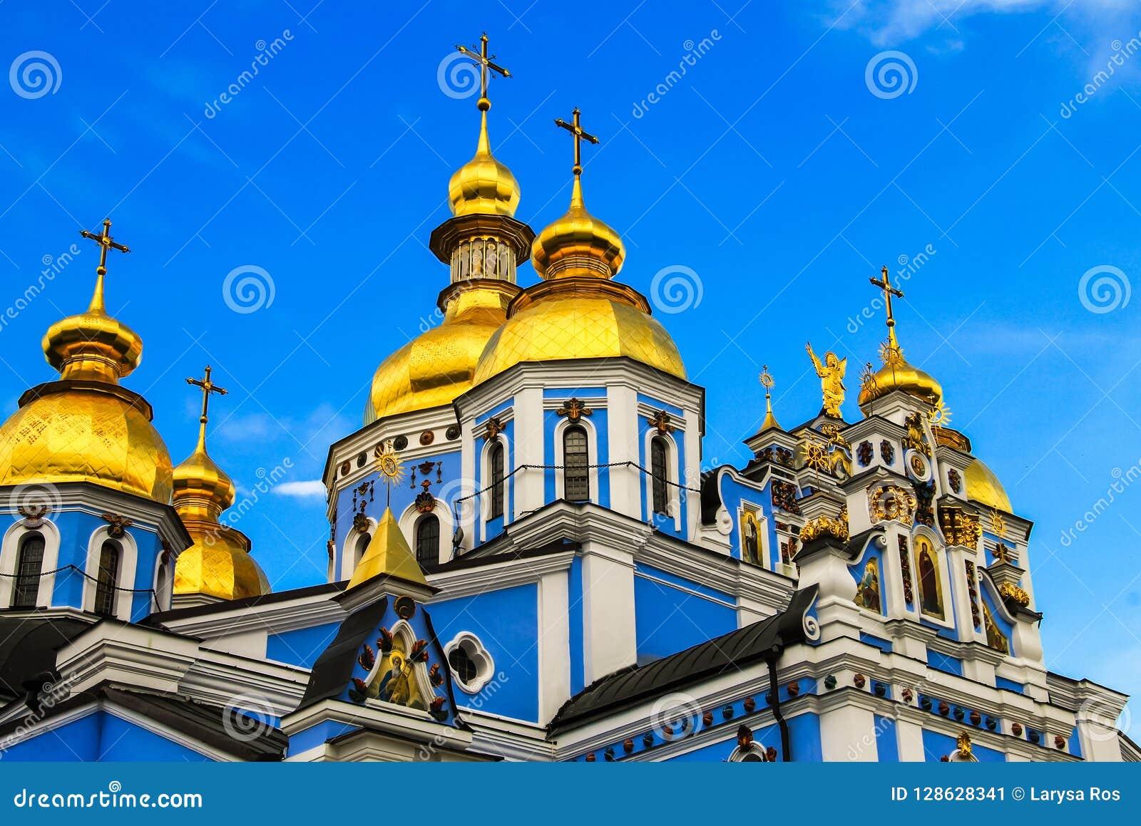 Bóvedas del monasterio masculino de oro azul hermoso de Svyato Mikhailovsky, la catedral cristiana más vieja de Ucrania