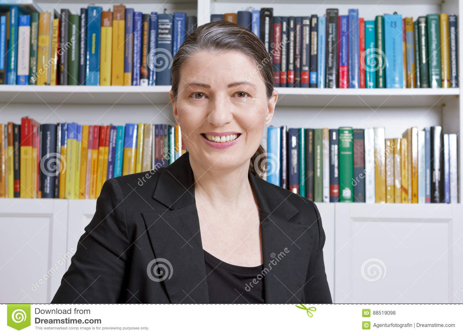 Böcker för kontor för affärskvinnaadvokatrevisor