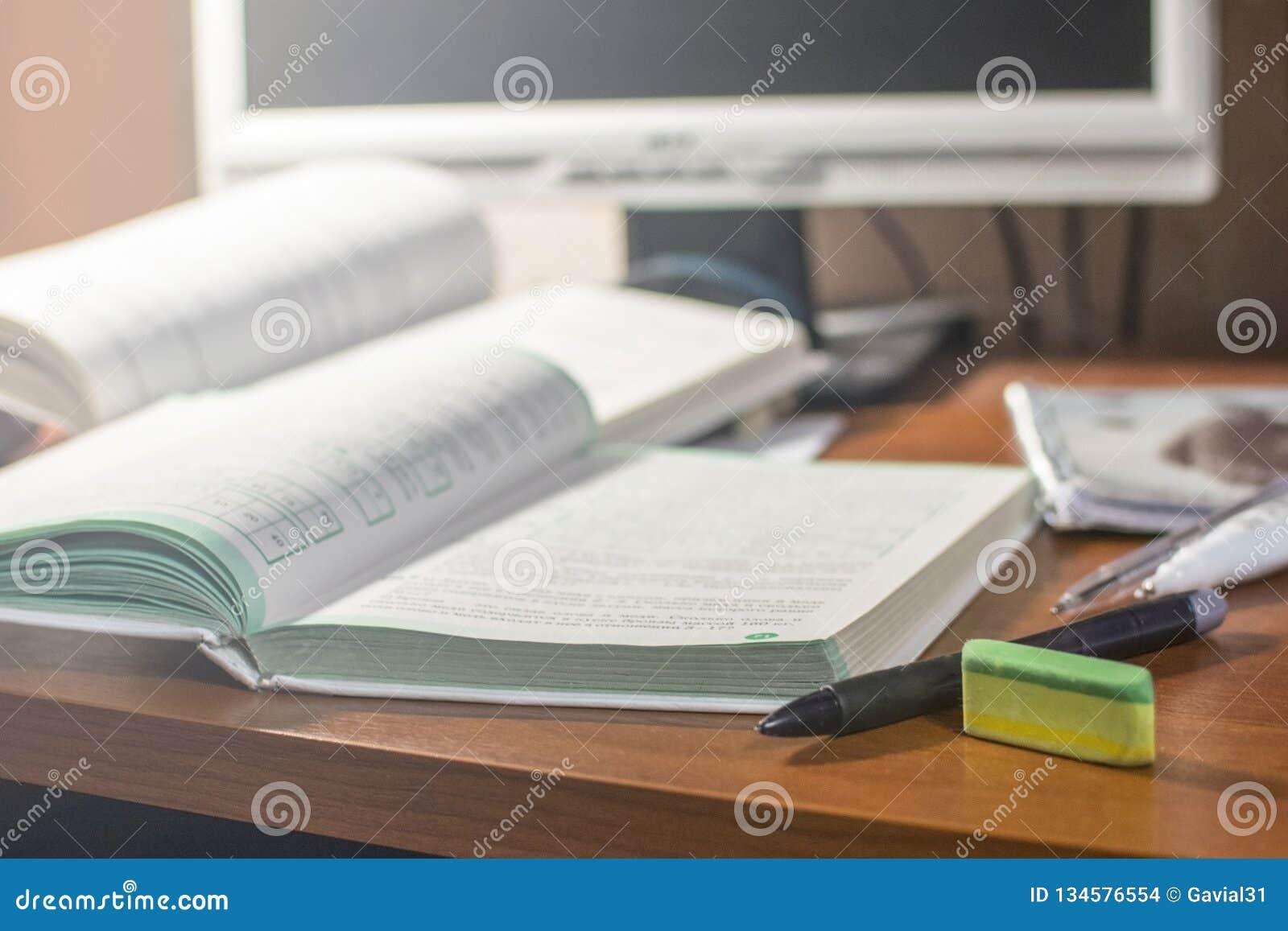 Böcker och anteckningsböcker på tabellen