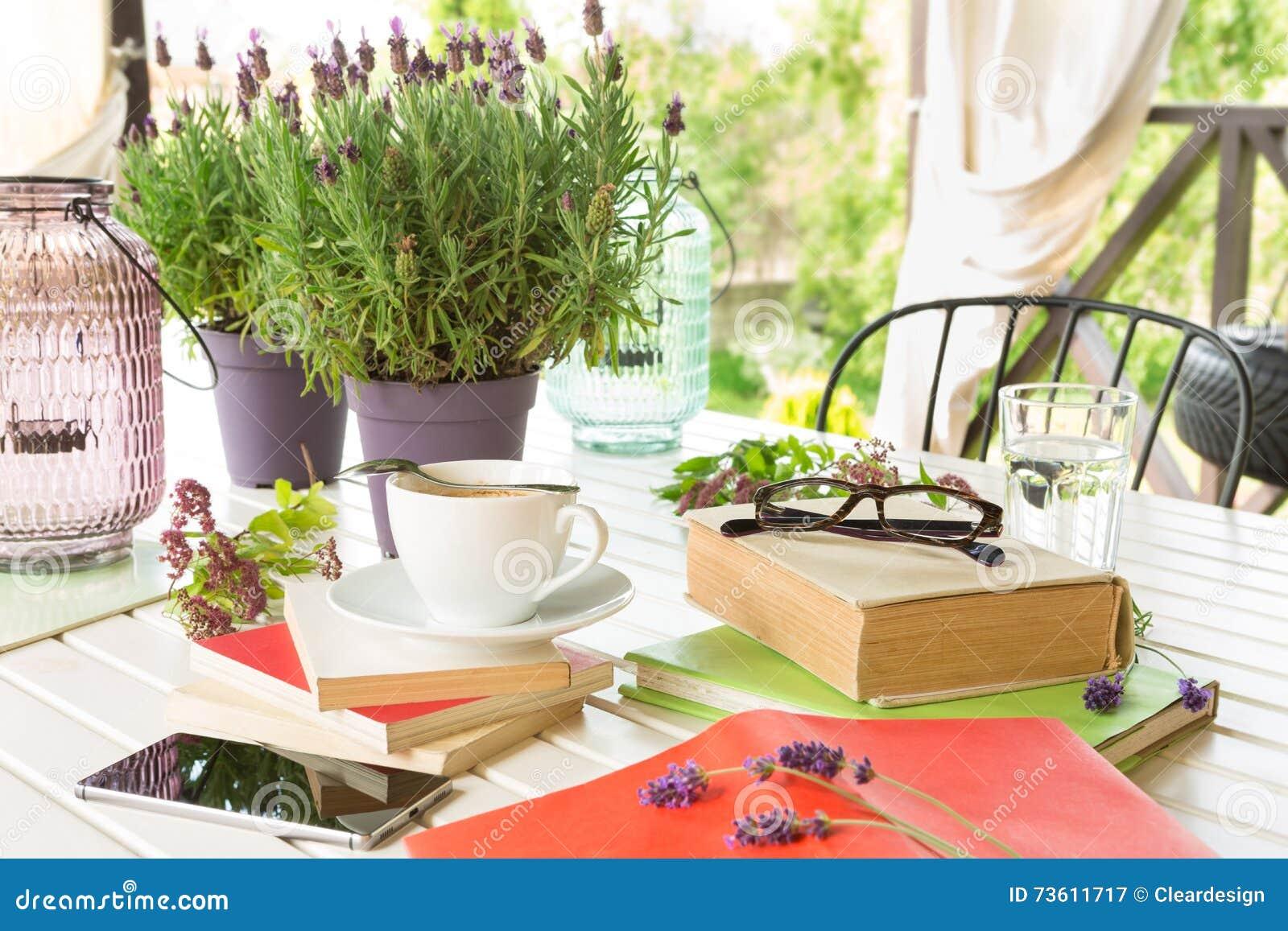 Böcker på den trädgårds- terrassen - avkoppling och läsning